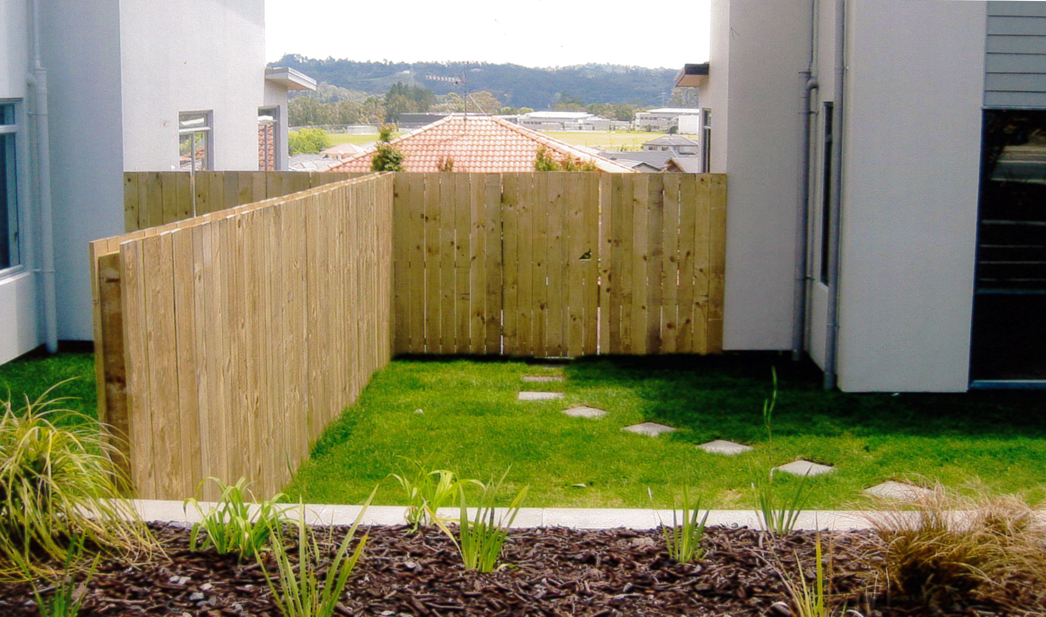 (25) Double sided timber fence