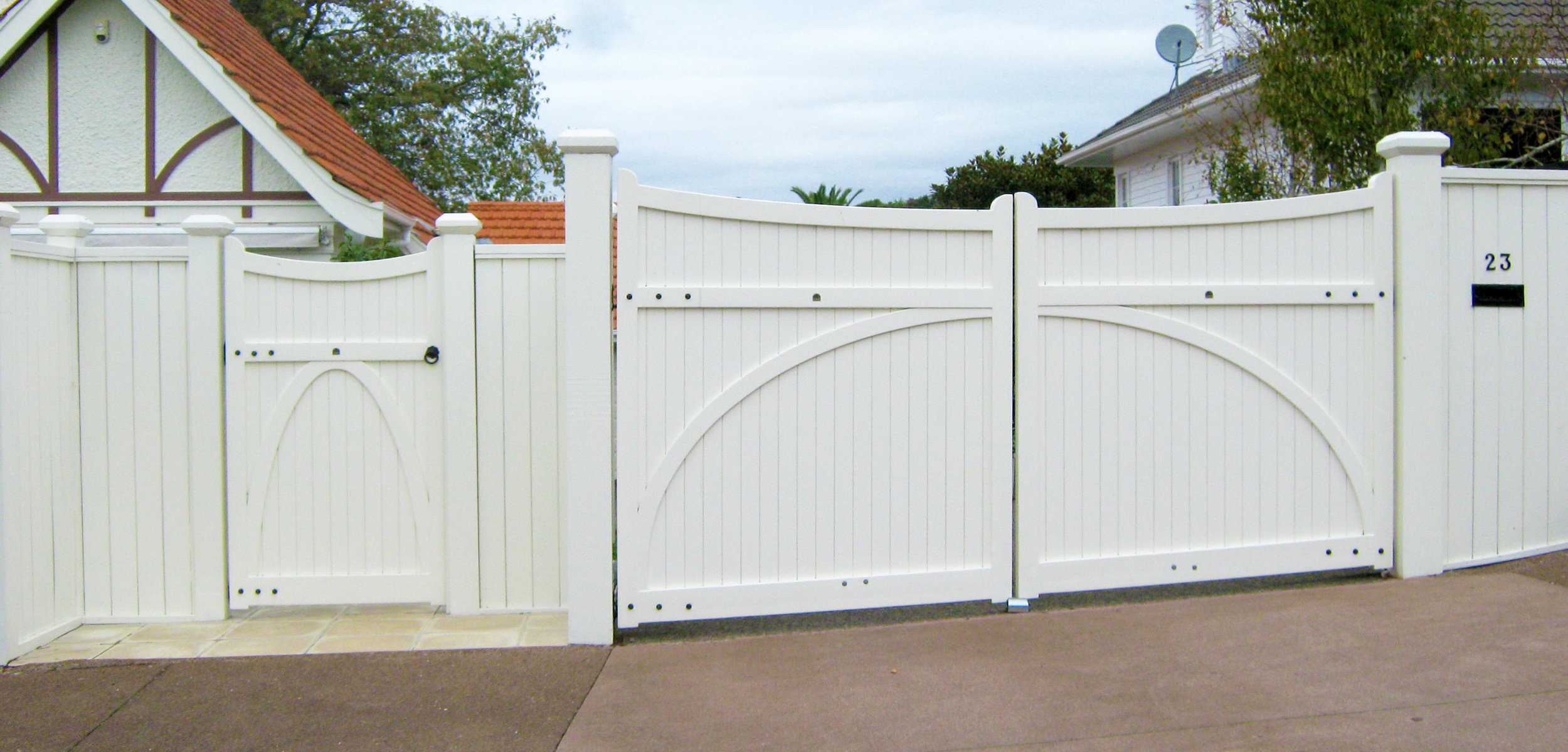 (28) Heritage gates with tongue & groove fence