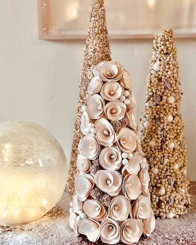 Wishing Everyone a Warm, Safe and Festive Holiday Season! . . . Photo and Holiday Decorating by: Kenneth Boyer  #holiday #holidaydecor #christmastree #christmas #christmasdecor #losangeles #interiors #holidayseason #christmaslights #whitechristmas #beverlyhills #lalifestyle #california #californiachristmas #festivedecor #sparkle #editorial #style #ladesigner
