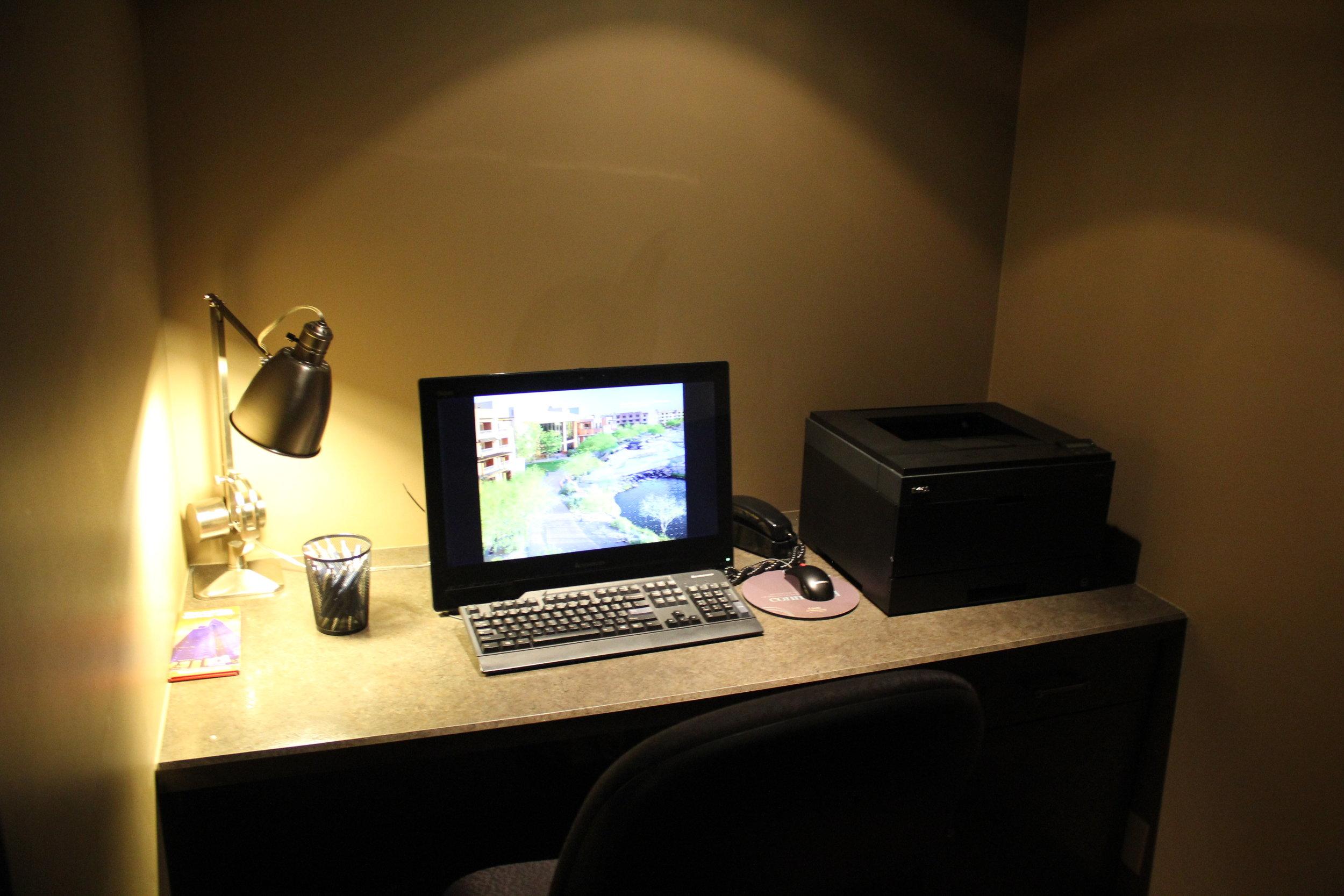 Sheraton Seattle – Sheraton Club Lounge computer workstation