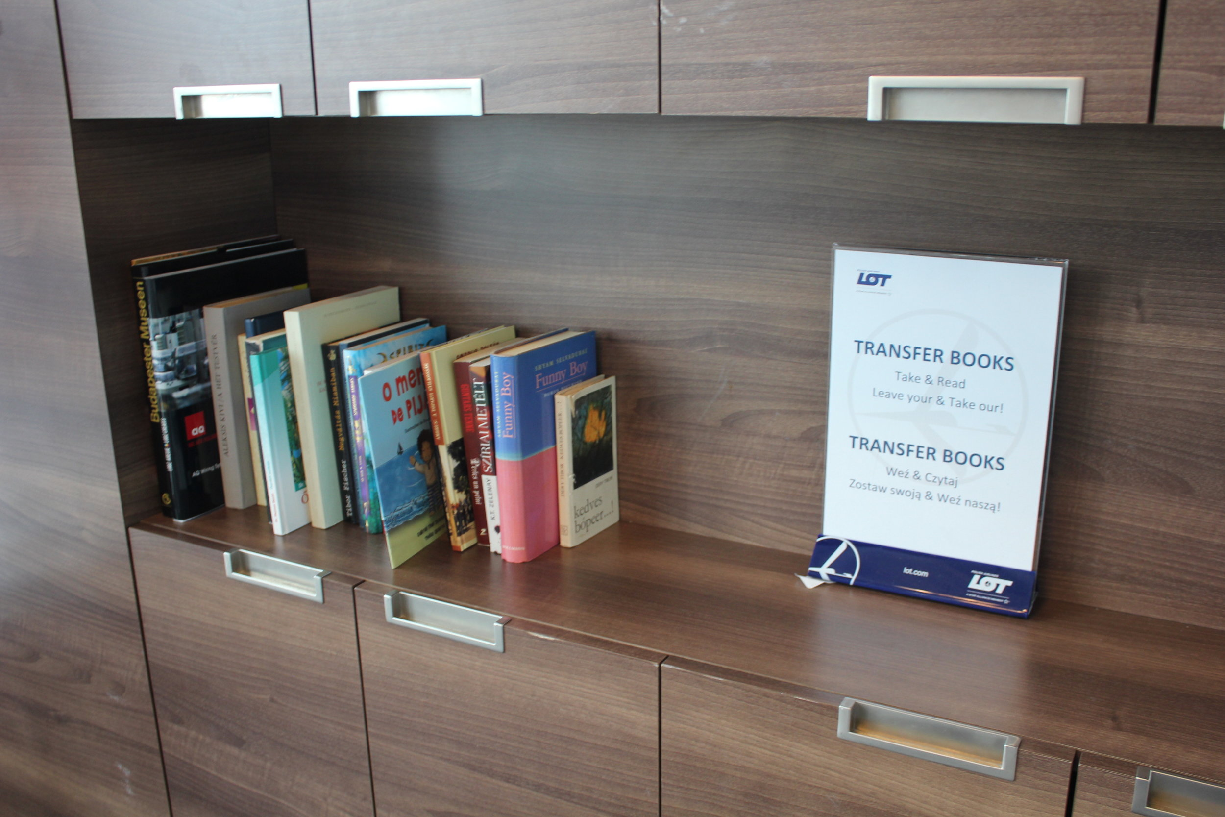 LOT Business Lounge Warsaw – Mini-library
