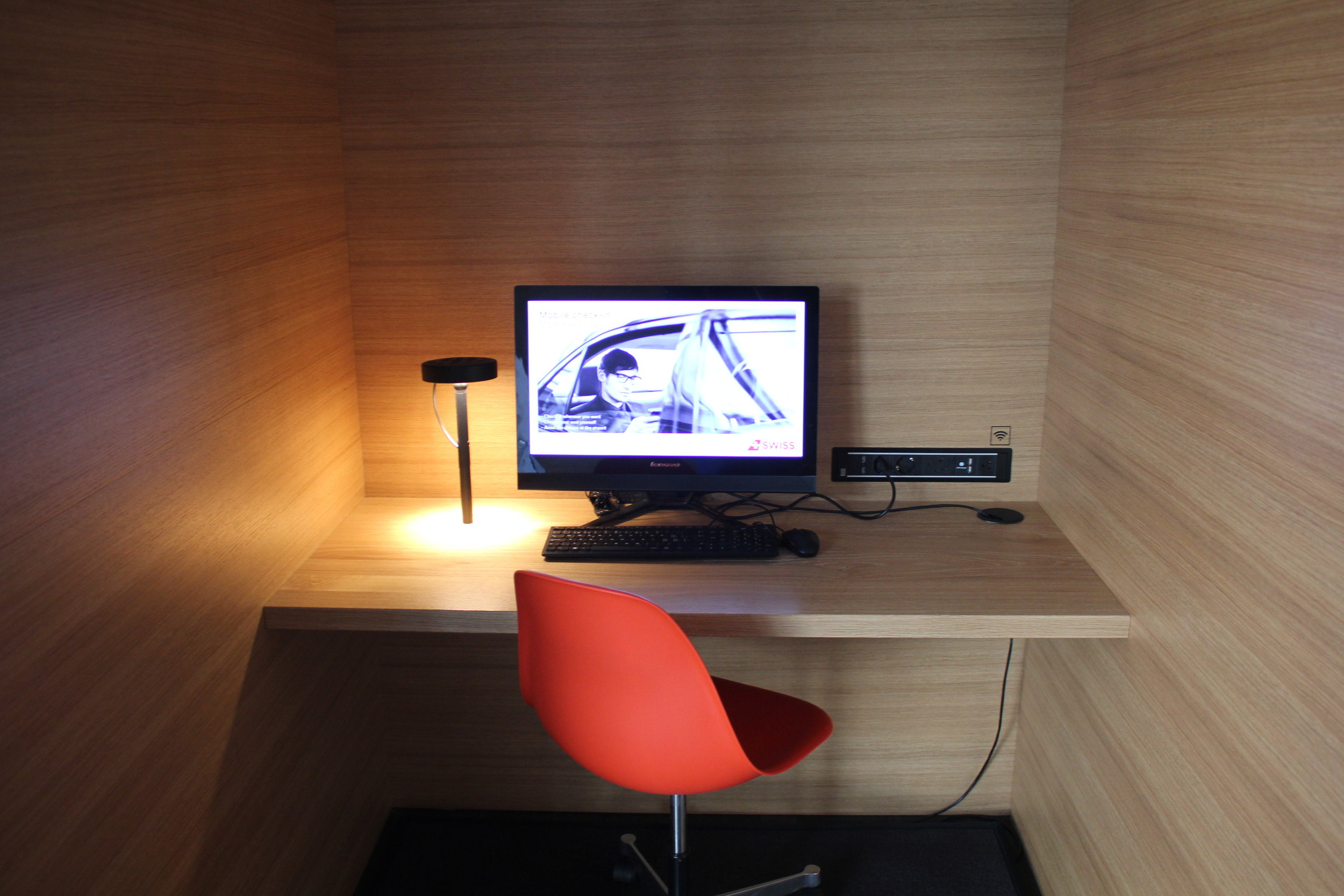 Swiss Senator Lounge Zurich – Computer workstation