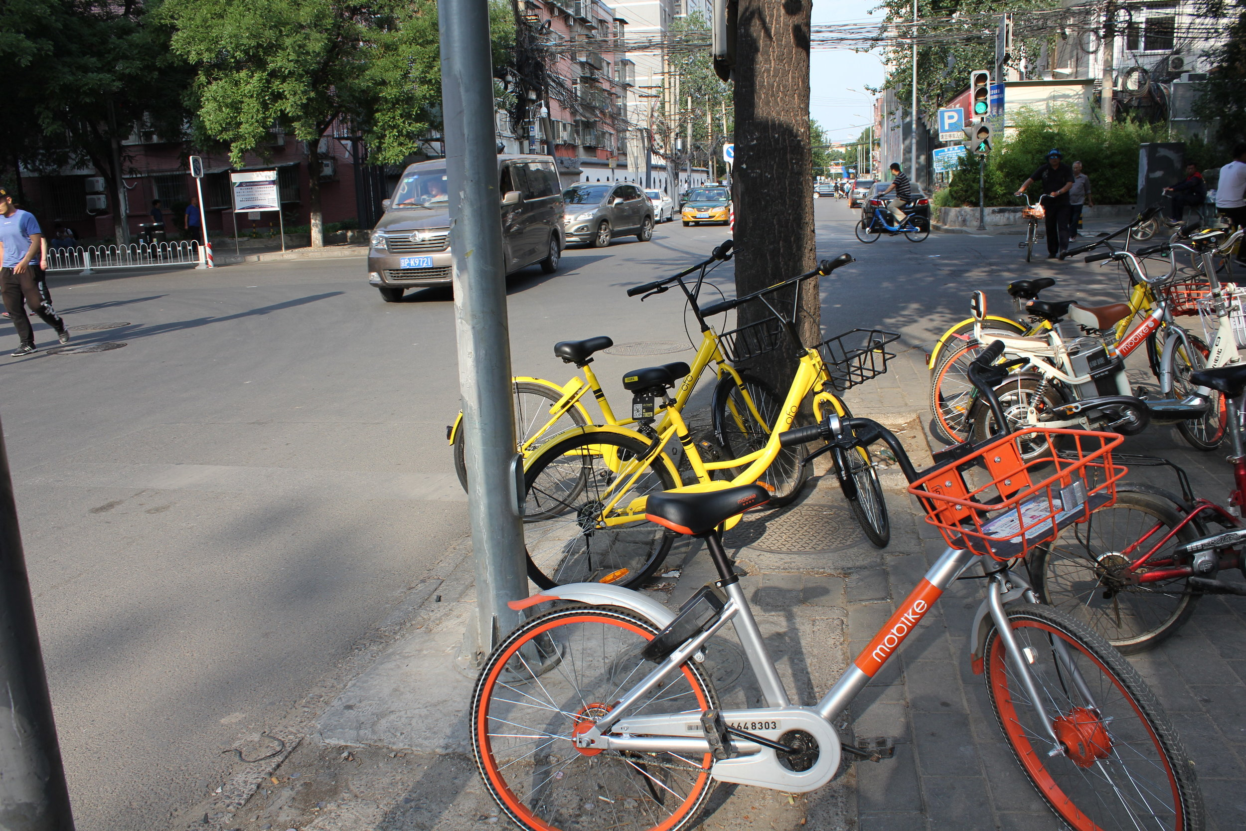 Ofo and Mobike bicycles on a street corner