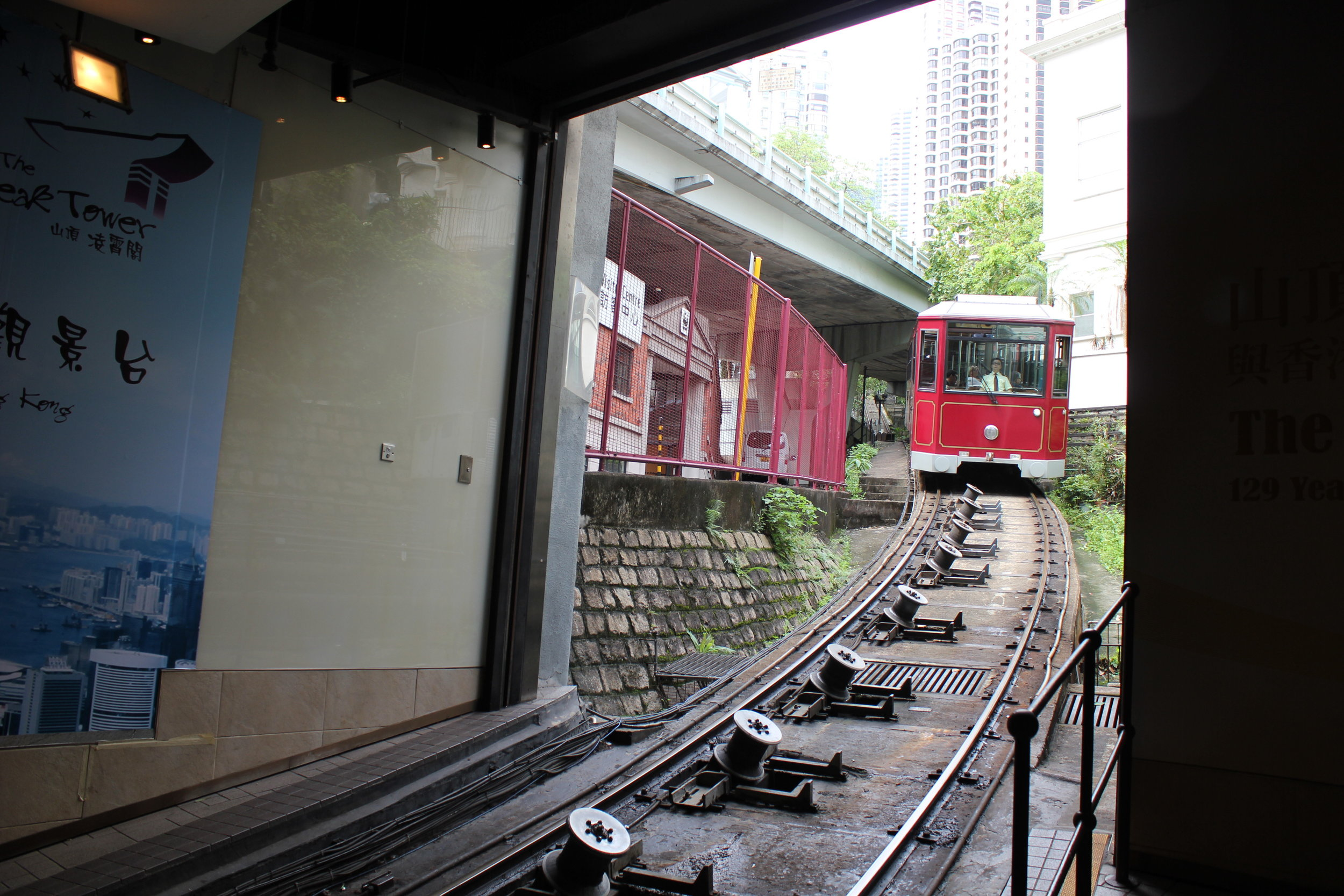 The Peak – Peak Tram approaching the station