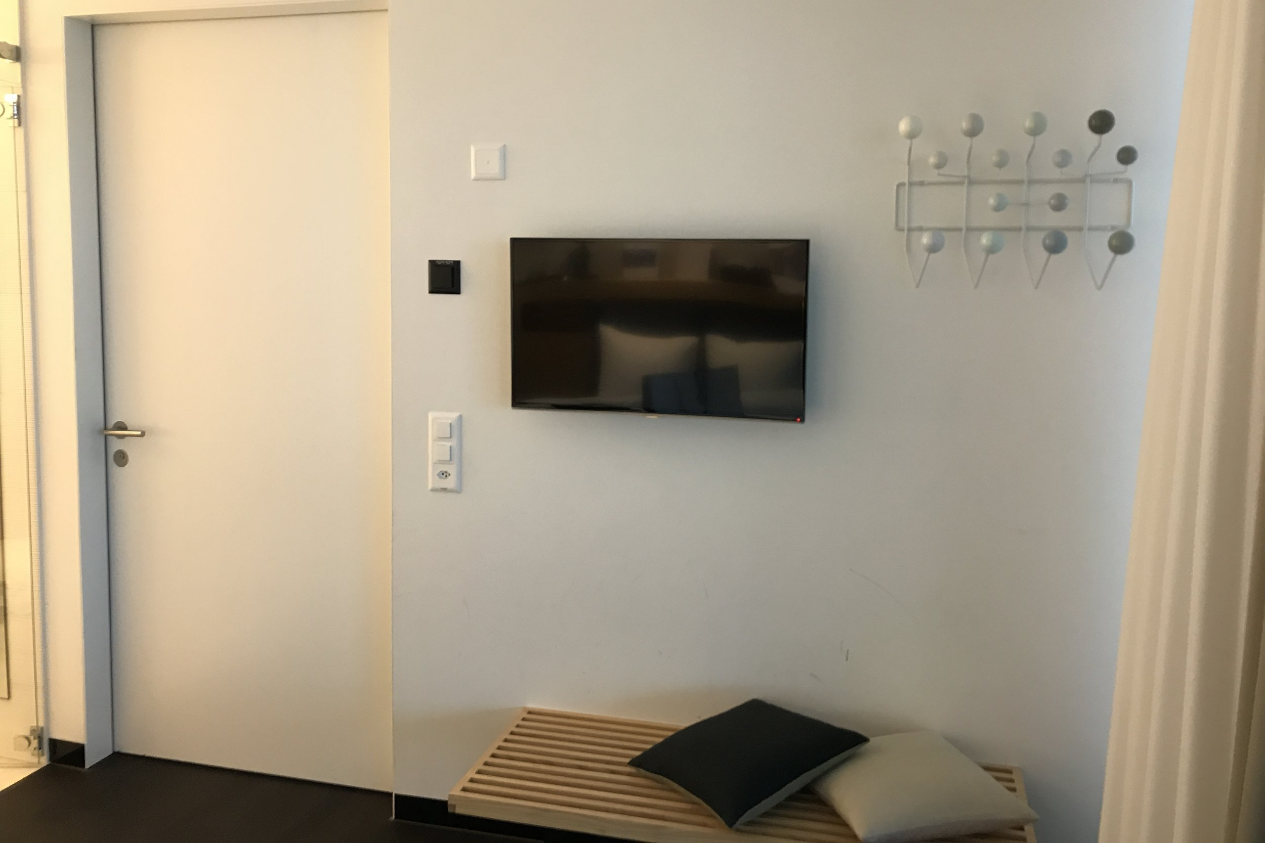 Swiss First Class Lounge Zurich – Day room luggage rack and TV
