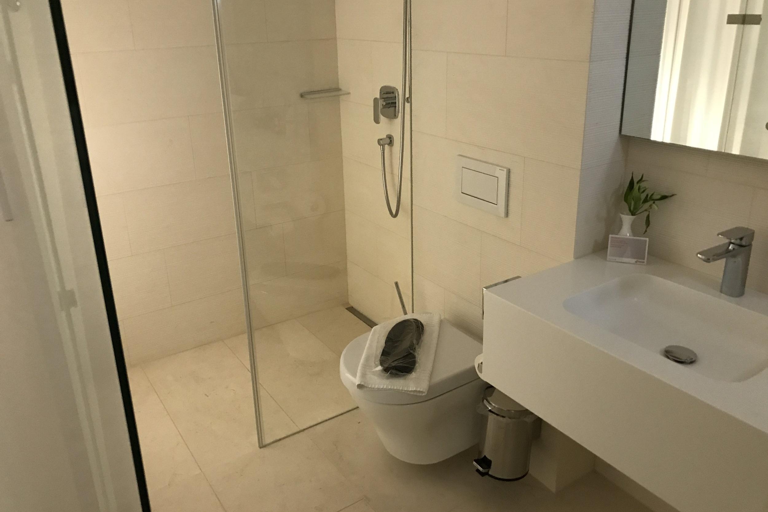 Swiss First Class Lounge Zurich – Day room ensuite bathroom