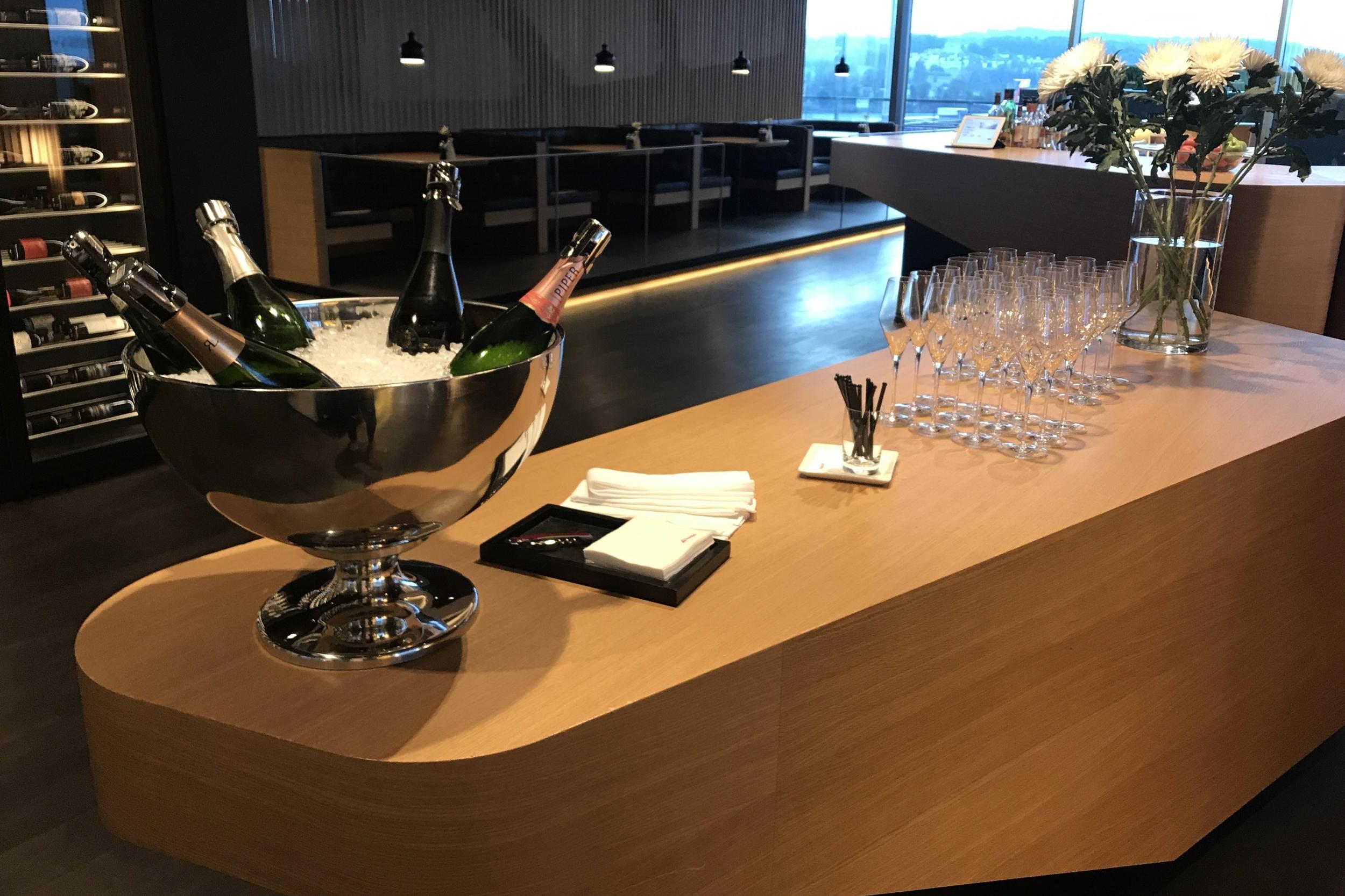 Swiss First Class Lounge Zurich – Champagne bar