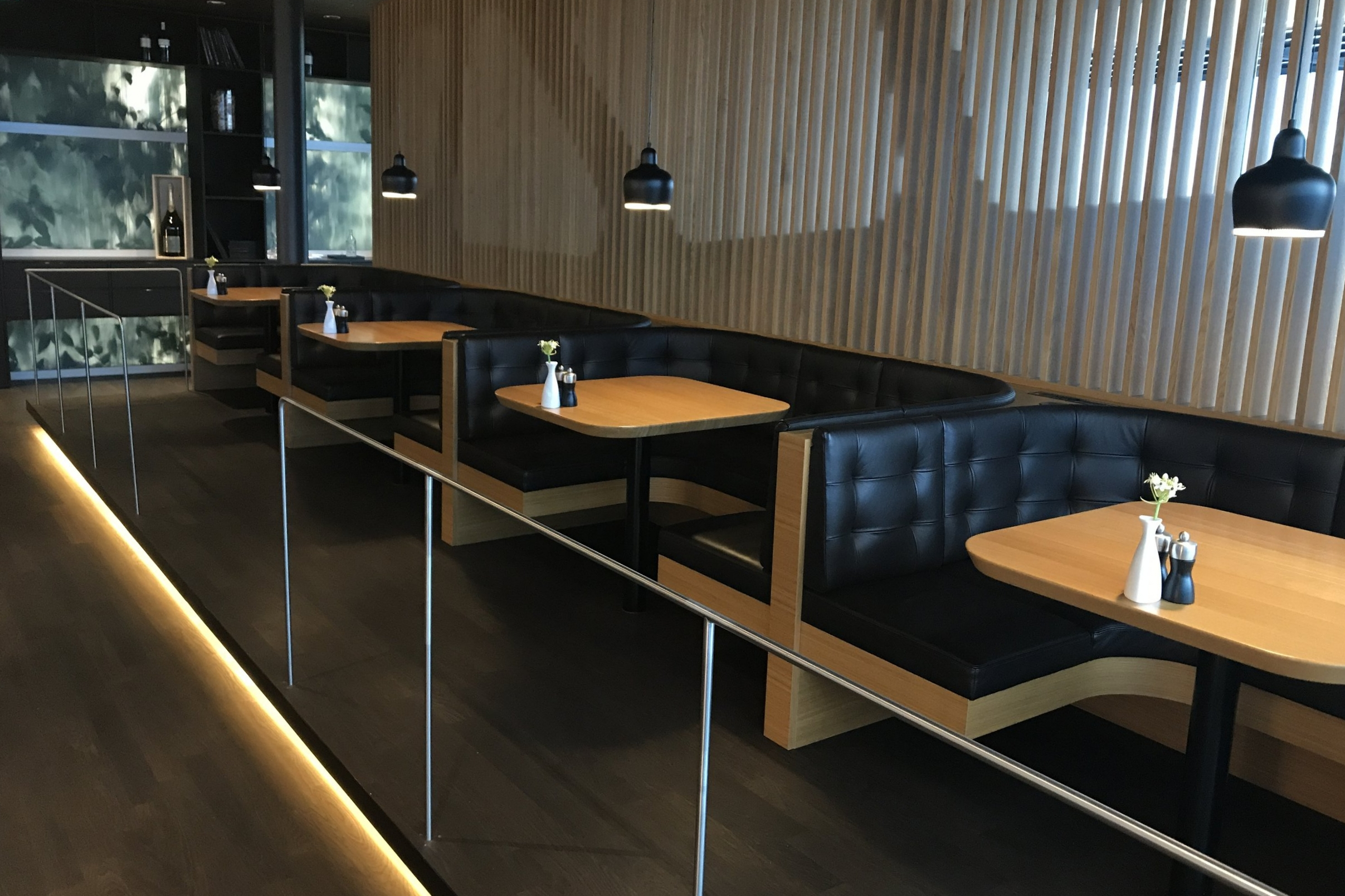 Swiss First Class Lounge Zurich – Booth seating