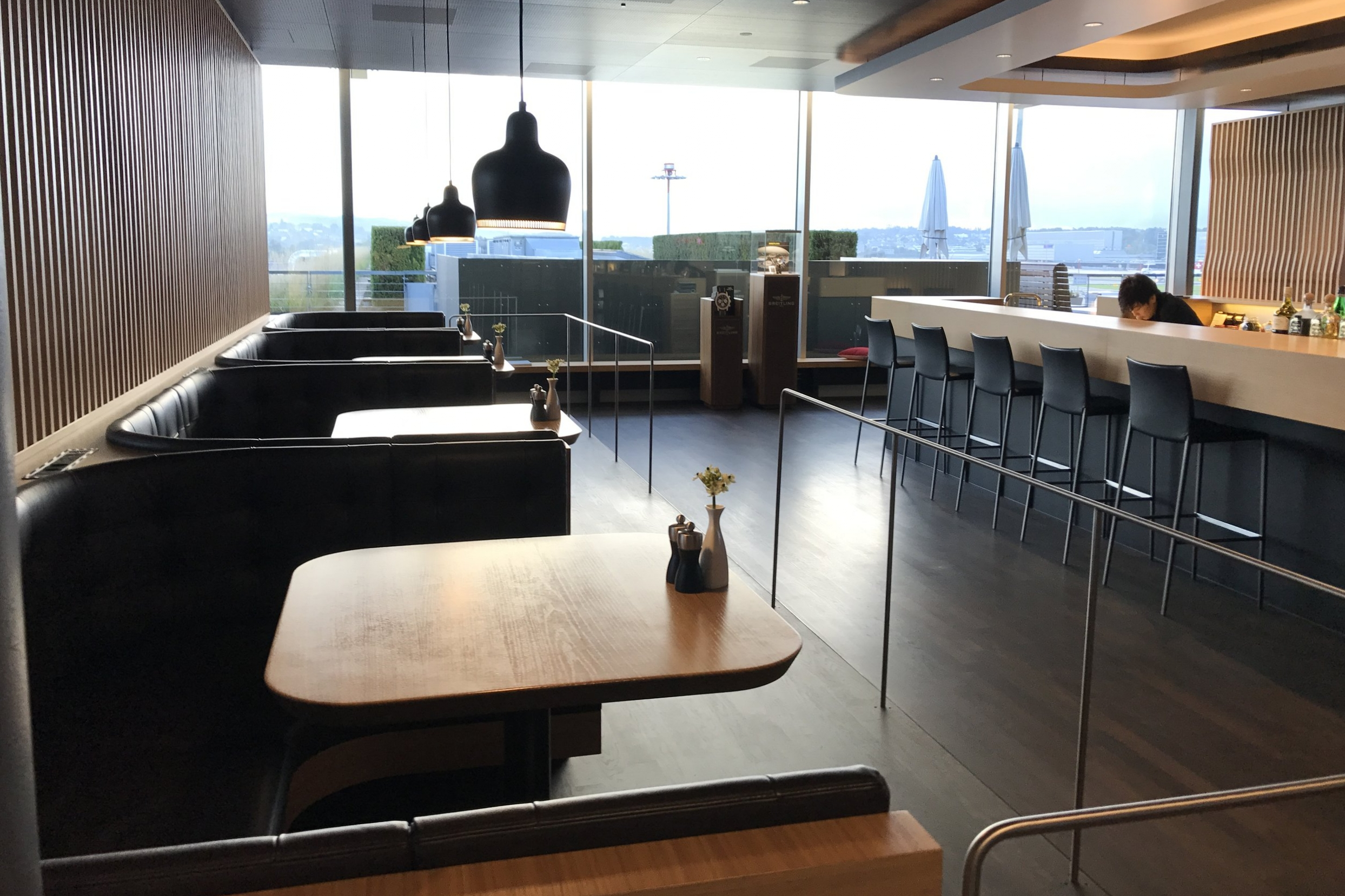Swiss First Class Lounge Zurich – Booth seating and bar