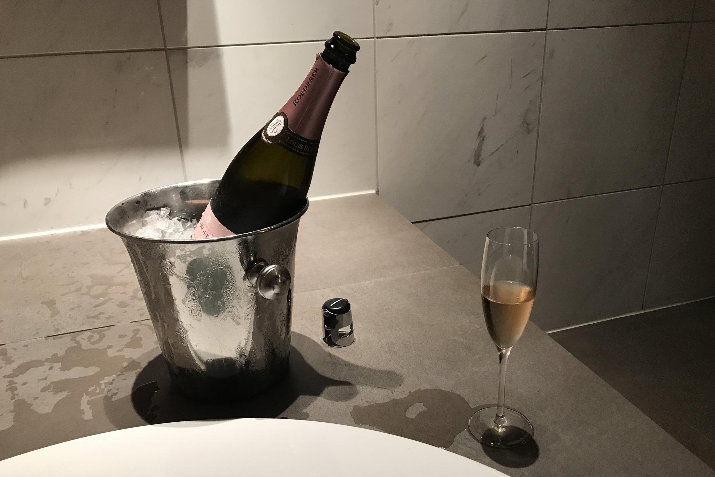 Lufthansa First Class Terminal Frankfurt – Champagne on ice