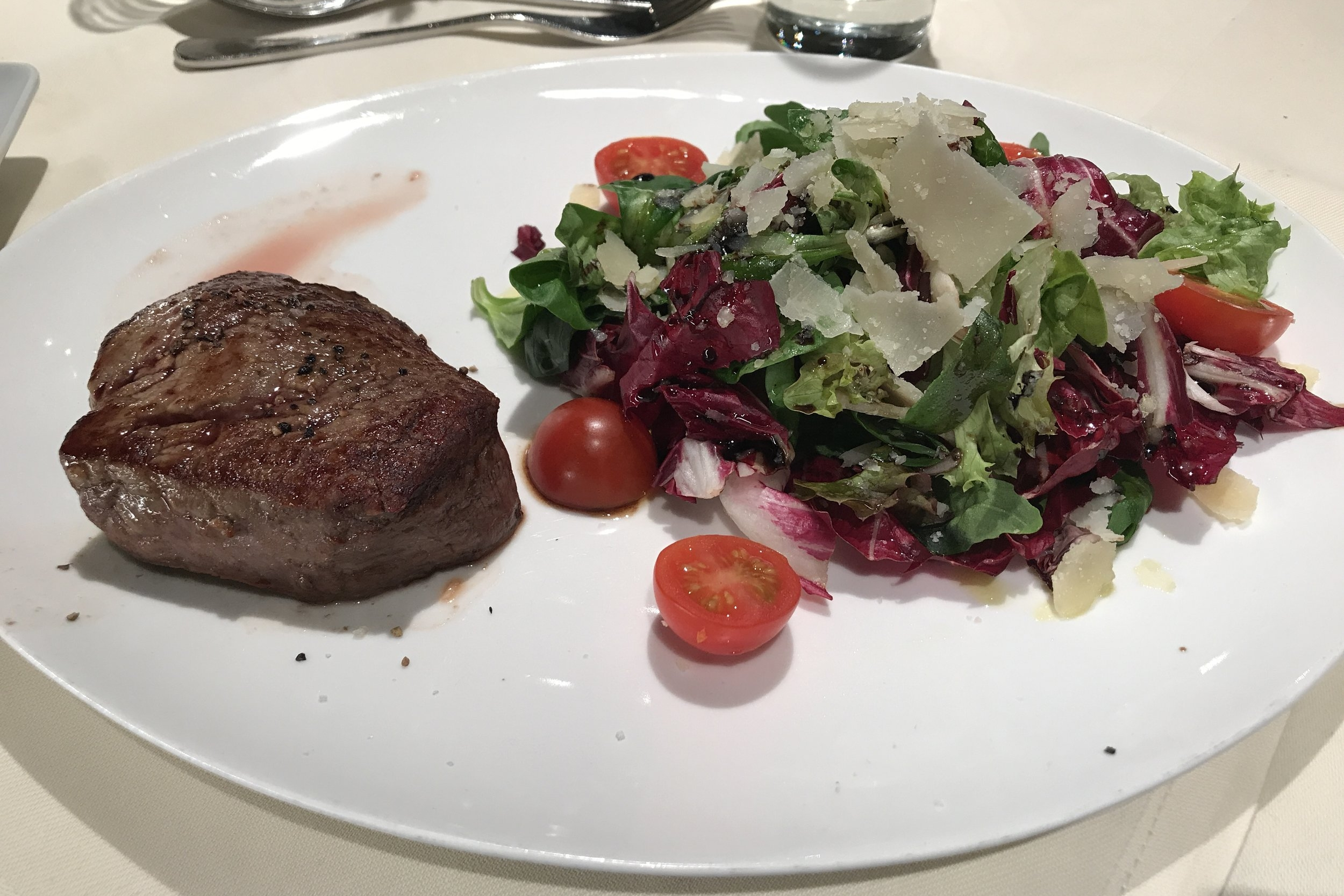 Lufthansa First Class Terminal Frankfurt – Steak with salad