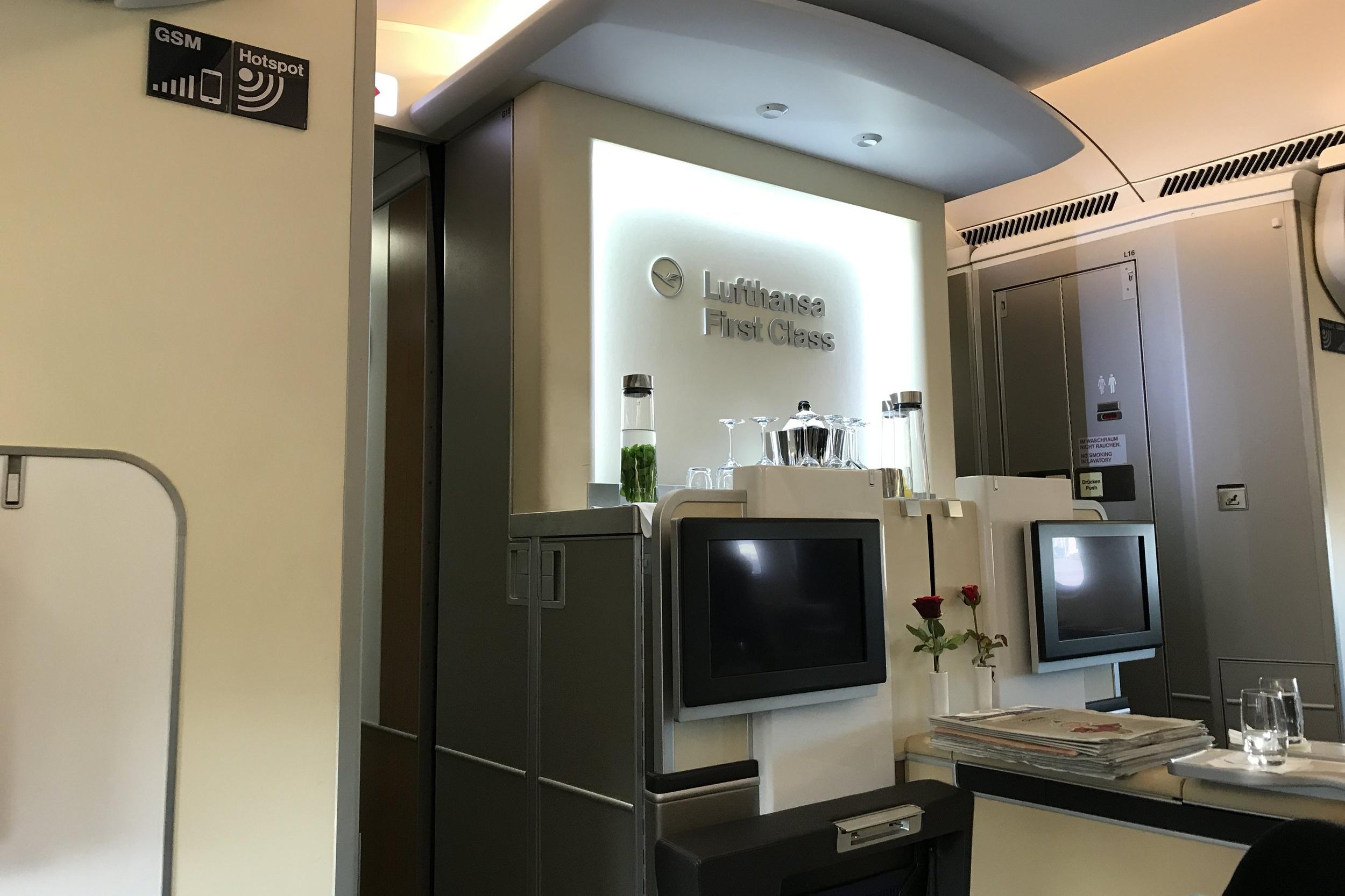 Lufthansa First Class – Forward bar setup
