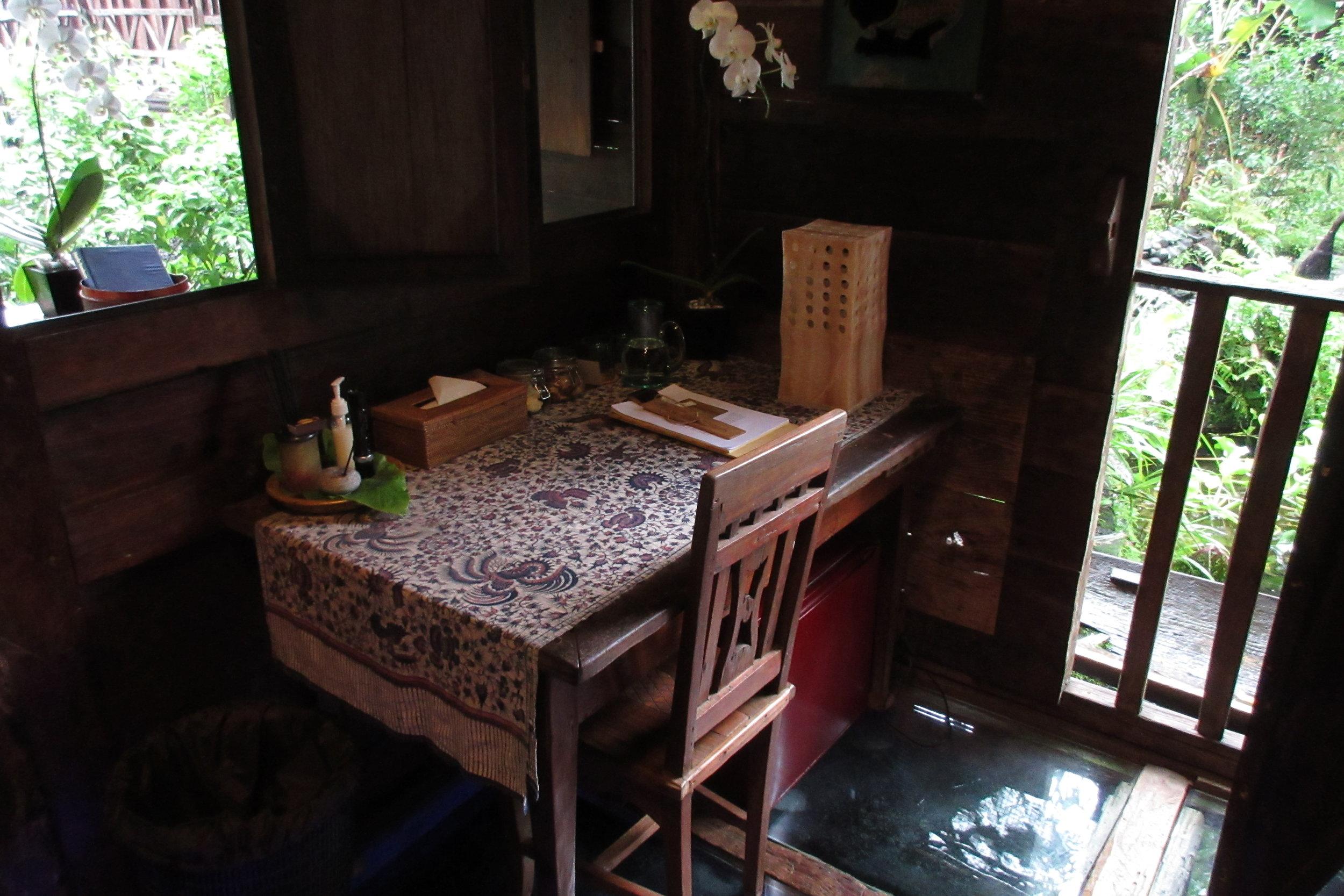 Bambu Indah Ubud – Udang House desk