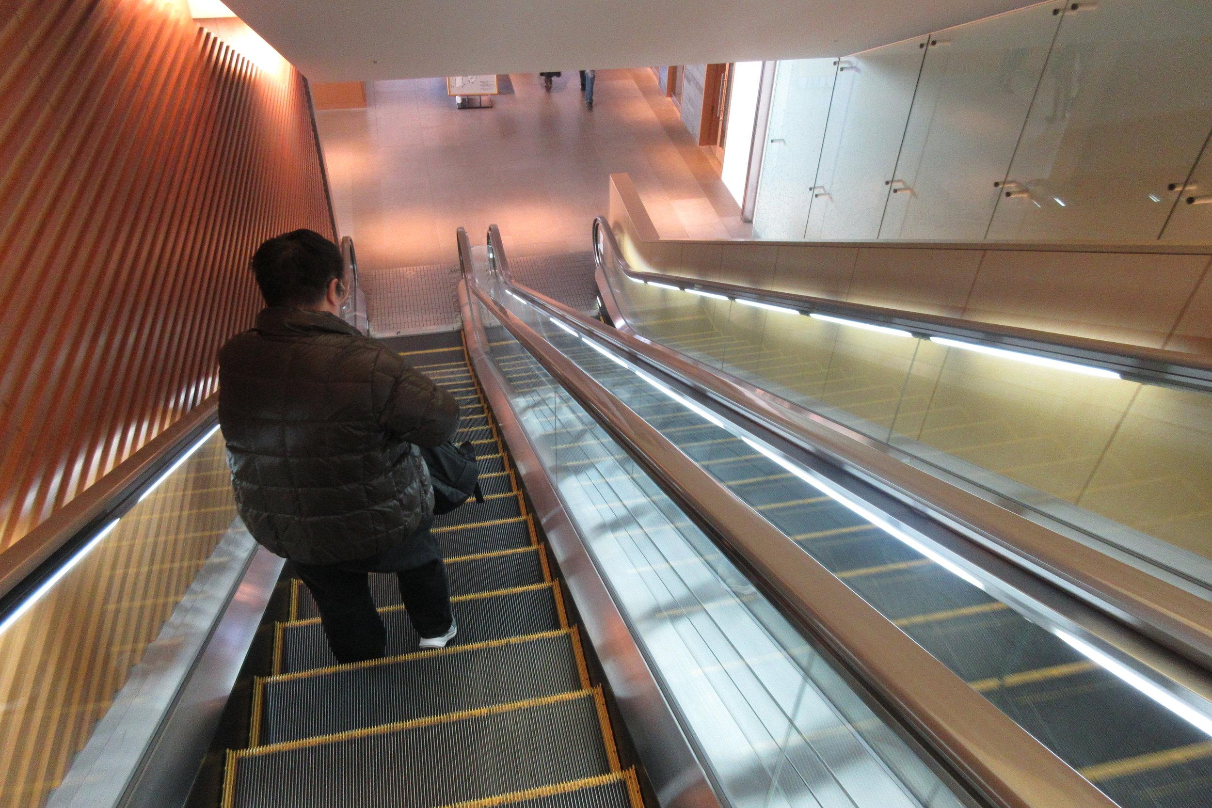 Japan Airlines Sakura Lounge Tokyo Narita – Escalator