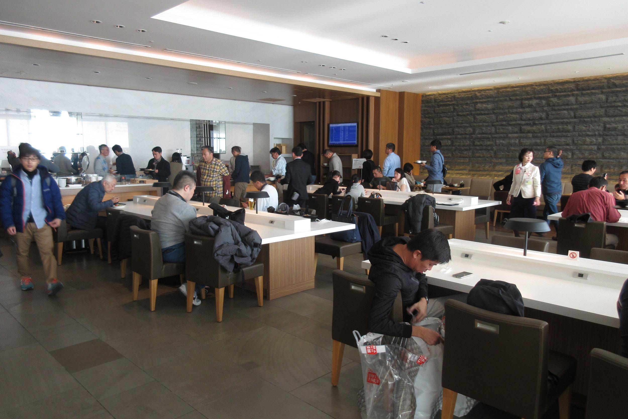 Japan Airlines Sakura Lounge Tokyo Narita – Dining area