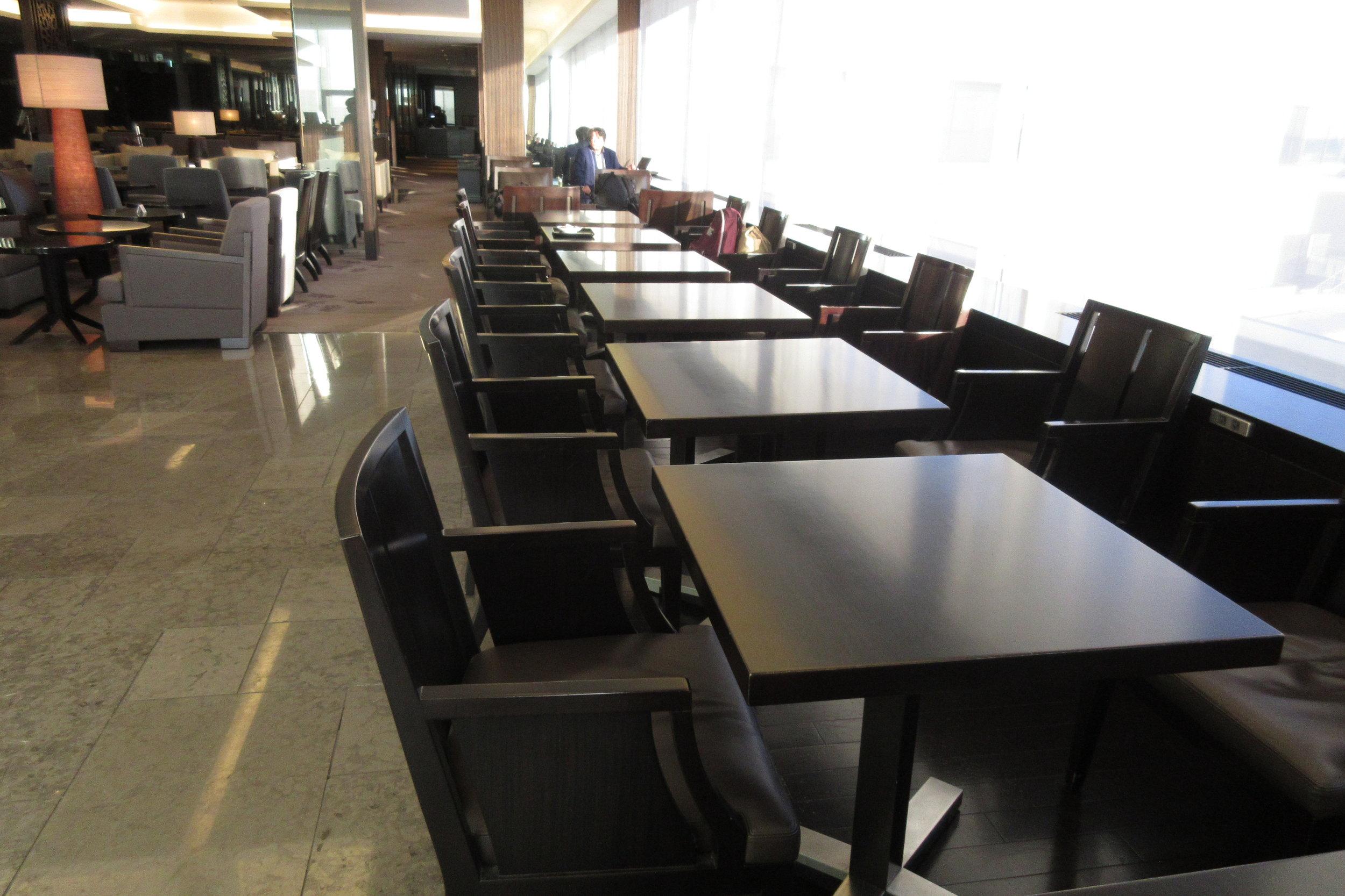 Japan Airlines Sakura Lounge Tokyo Narita – Dining tables