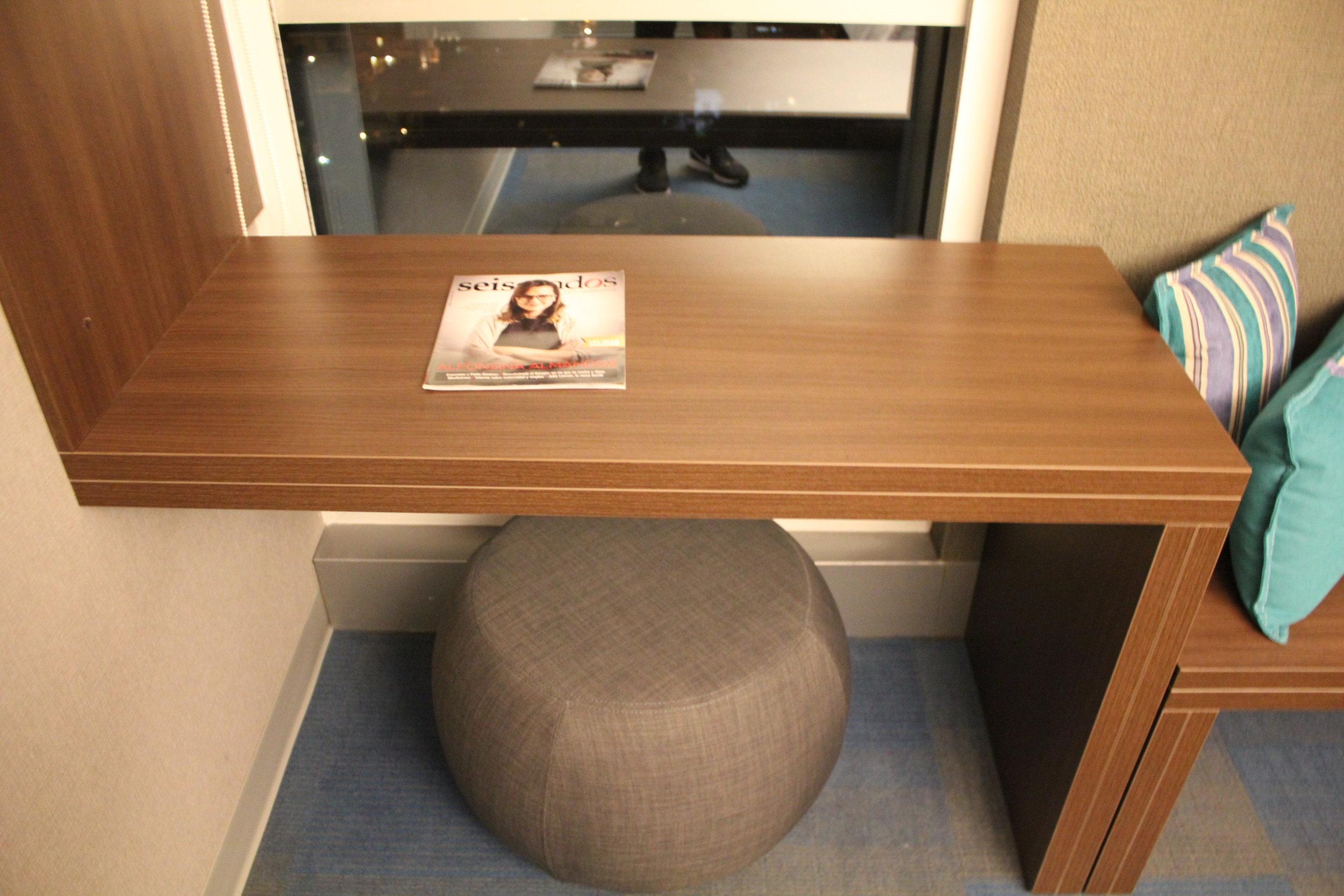 Aloft Montevideo – Left-side desk