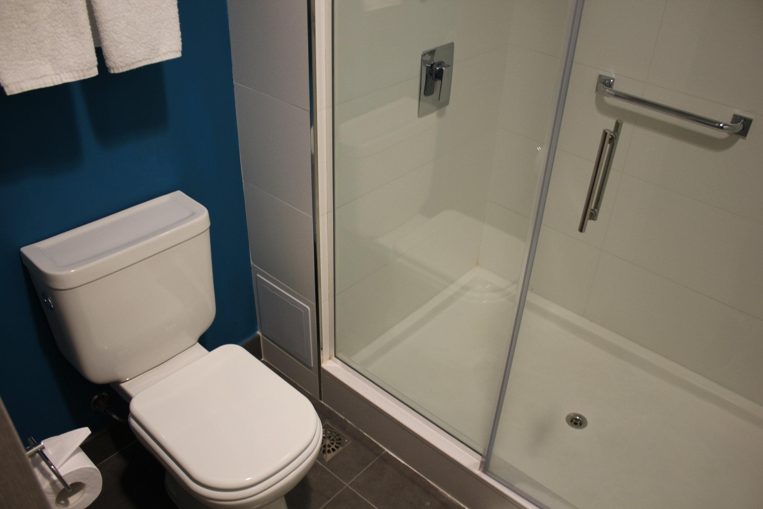 Aloft Montevideo – Toilet and shower
