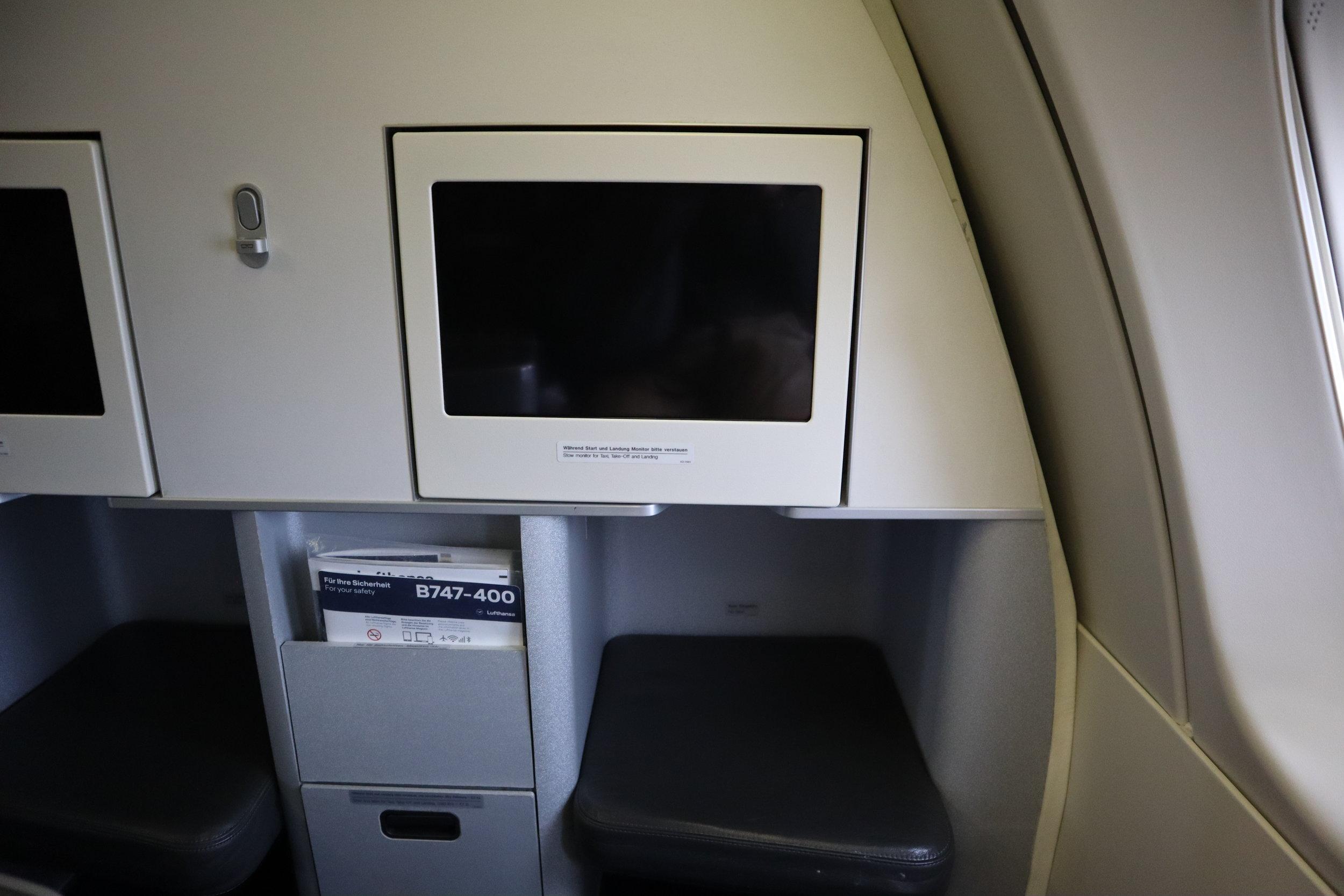 Lufthansa 747-400 business class – Entertainment screen