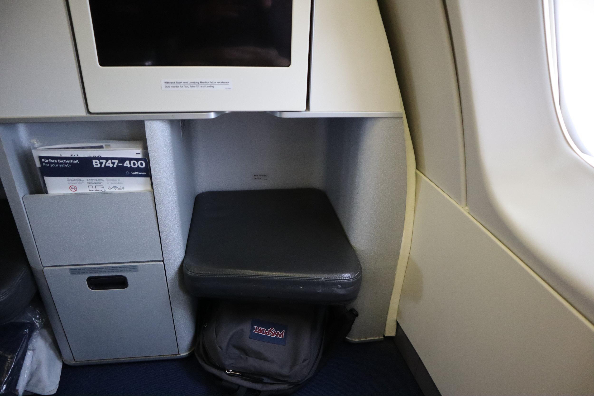 Lufthansa 747-400 business class – Legrest and storage