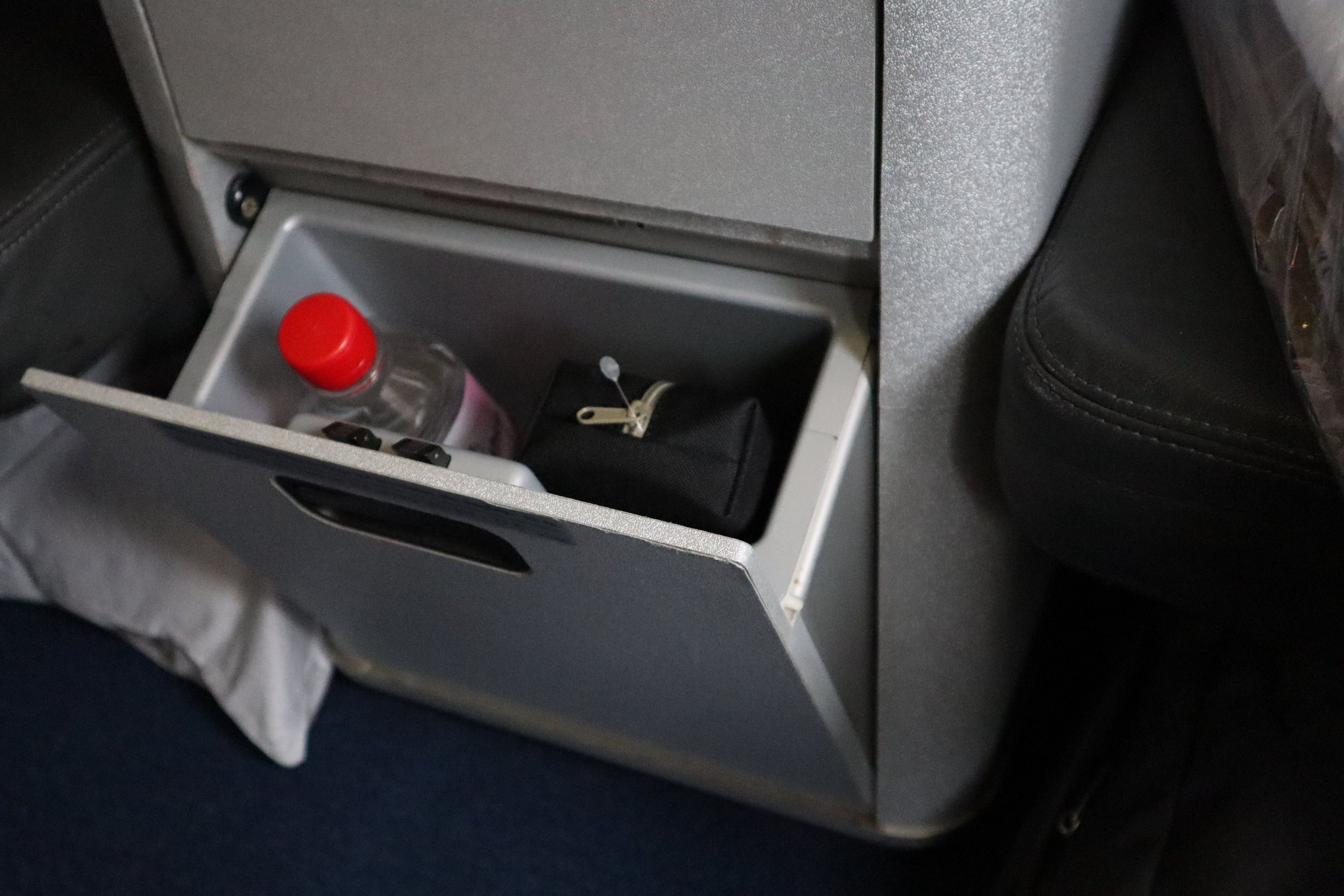 Lufthansa 747-400 business class – Small storage compartment