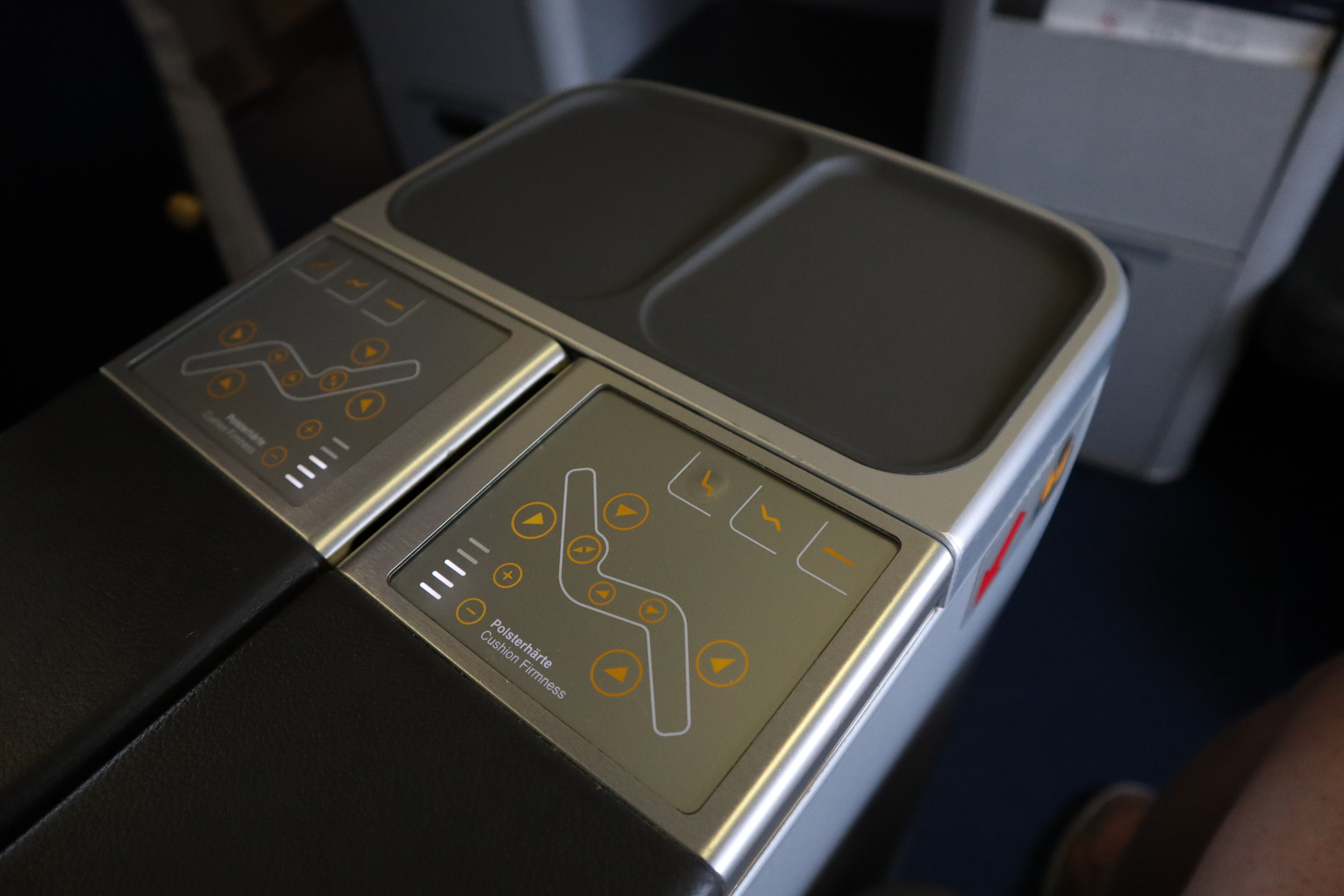 Lufthansa 747-400 business class – Seat controls