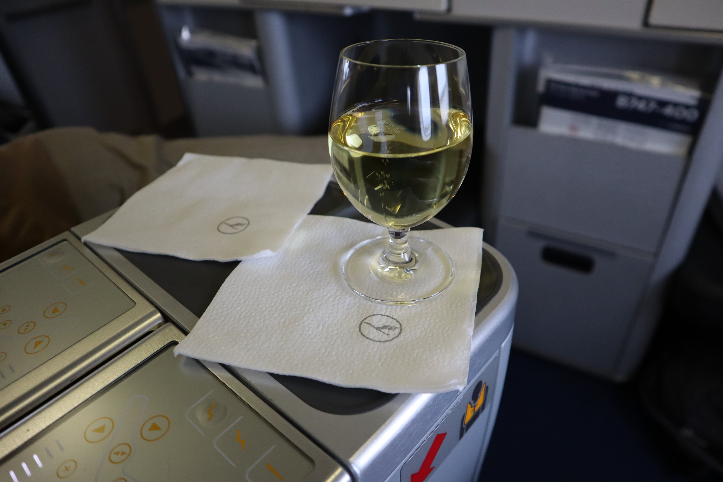 Lufthansa 747-400 business class – Welcome champagne