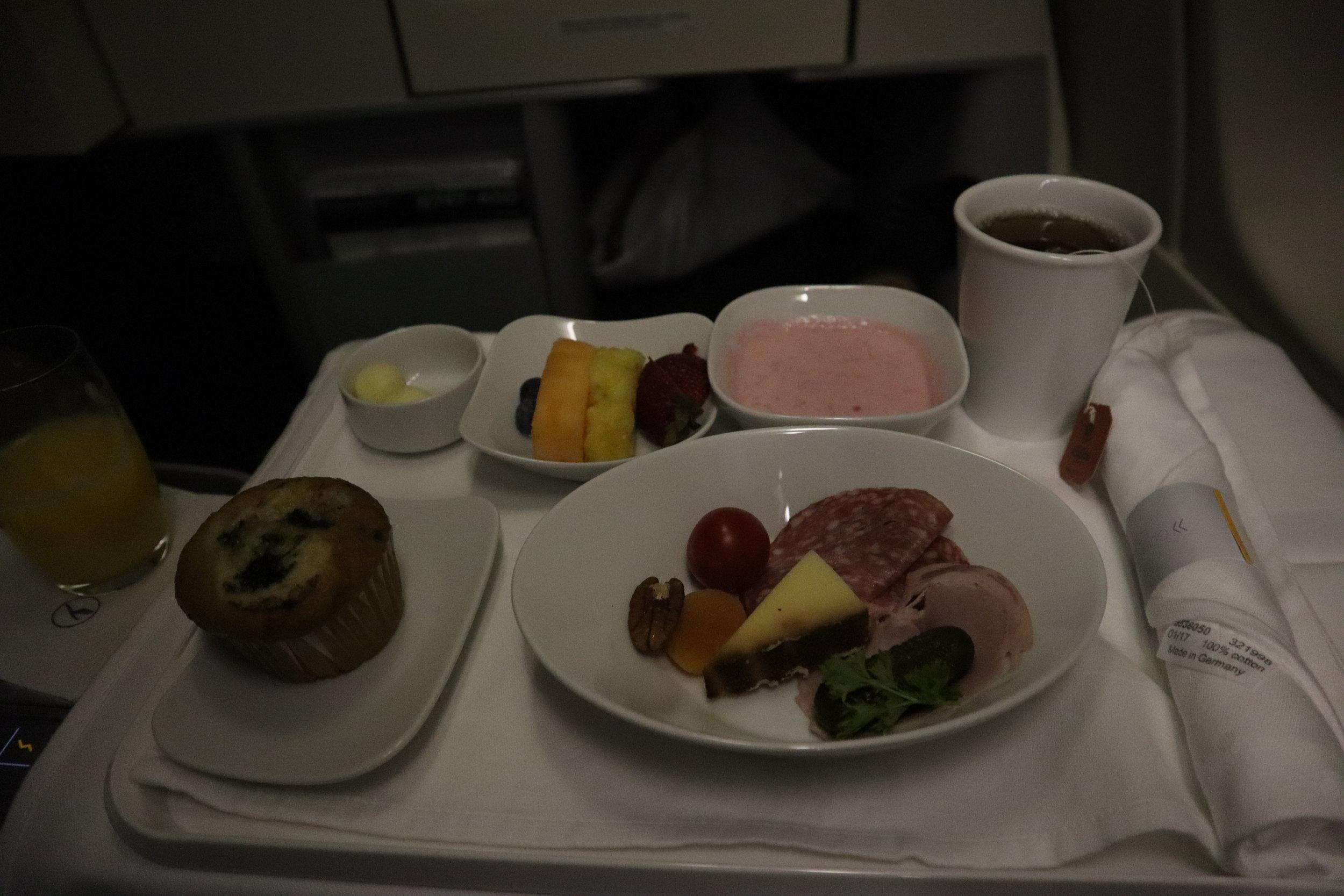 Lufthansa 747-400 business class – Breakfast