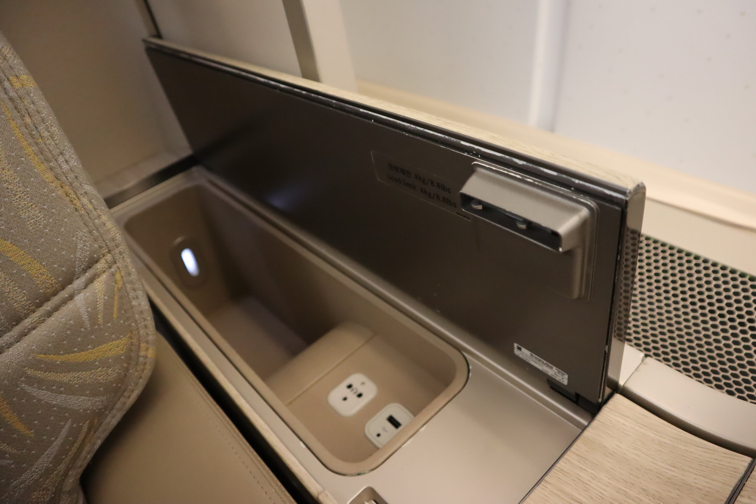 Asiana Airlines First Class – Storage compartment