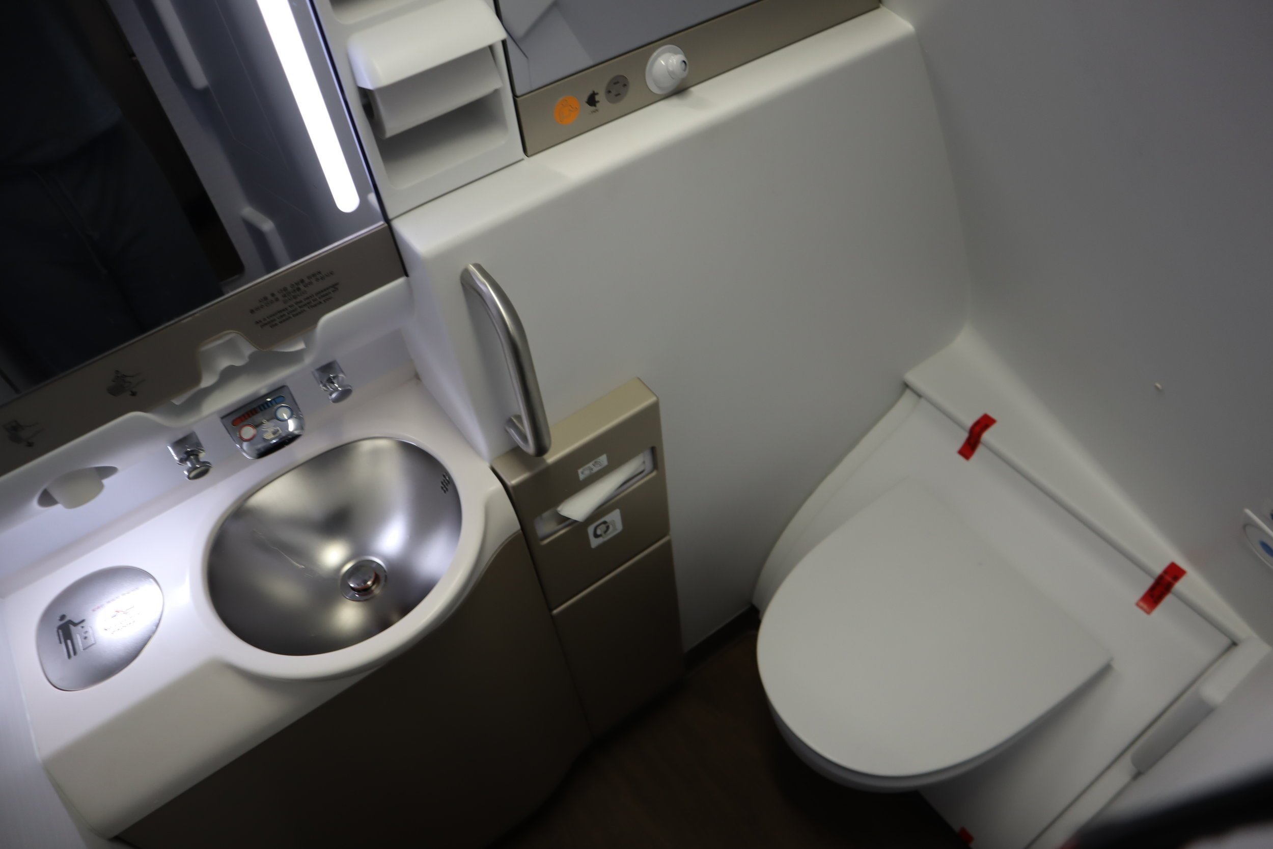 Asiana Airlines First Class – Left-side bathroom