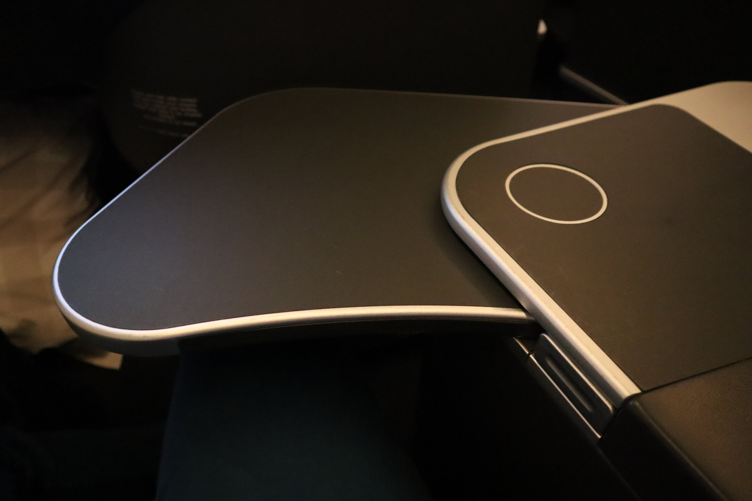 SAS business class – Tray table