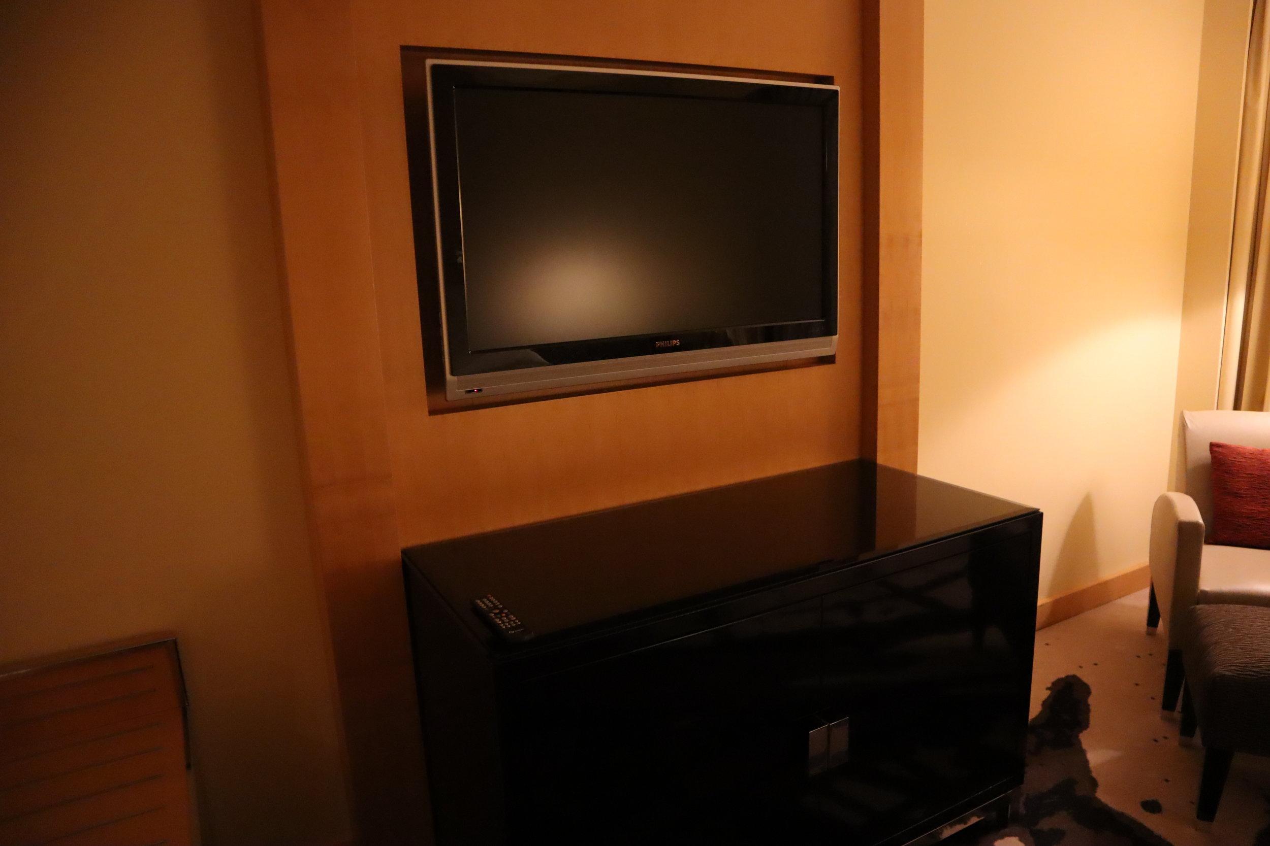 Le Méridien Munich – Television and cabinet