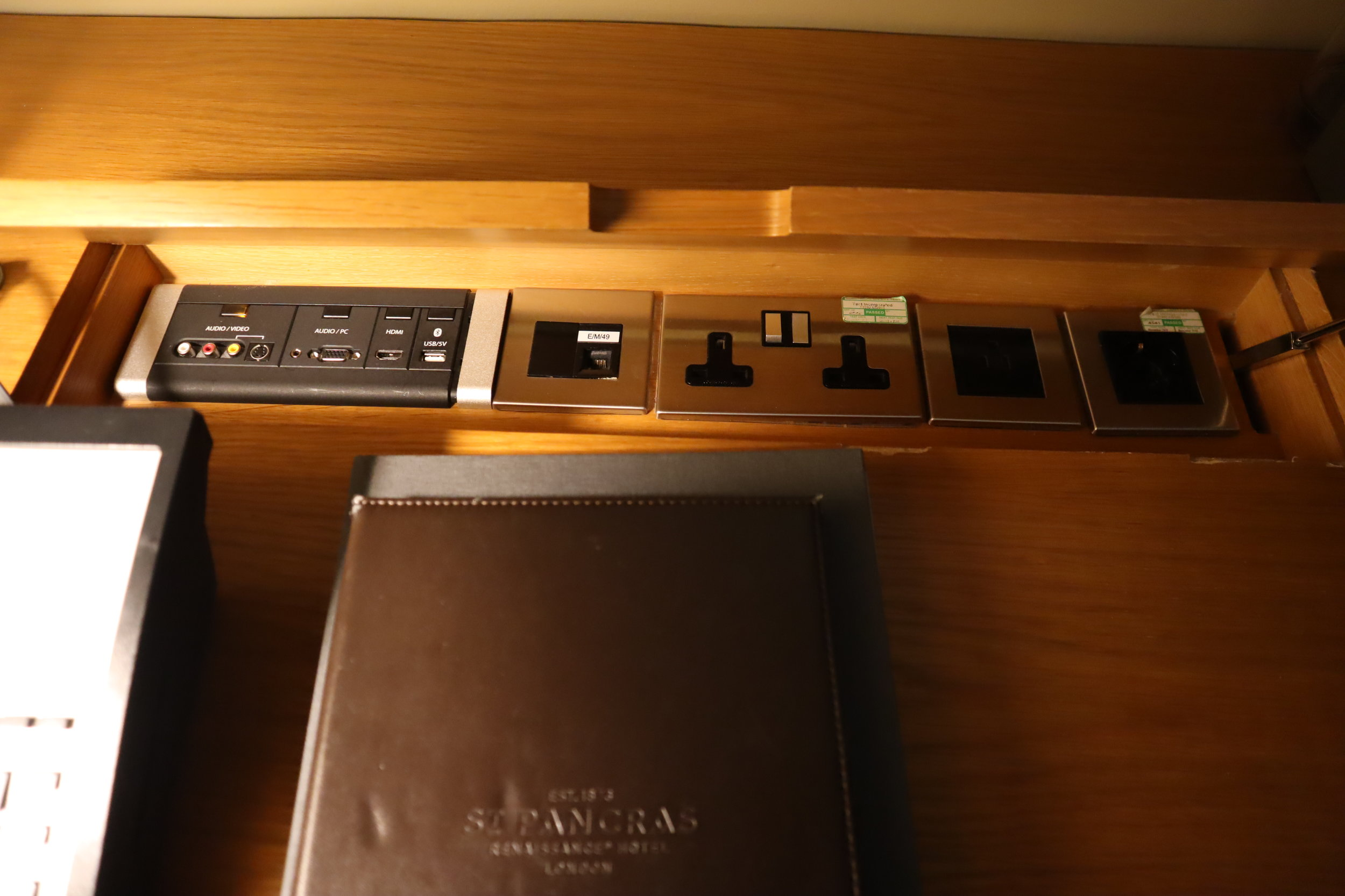 St. Pancras Renaissance Hotel London – USB and power outlets