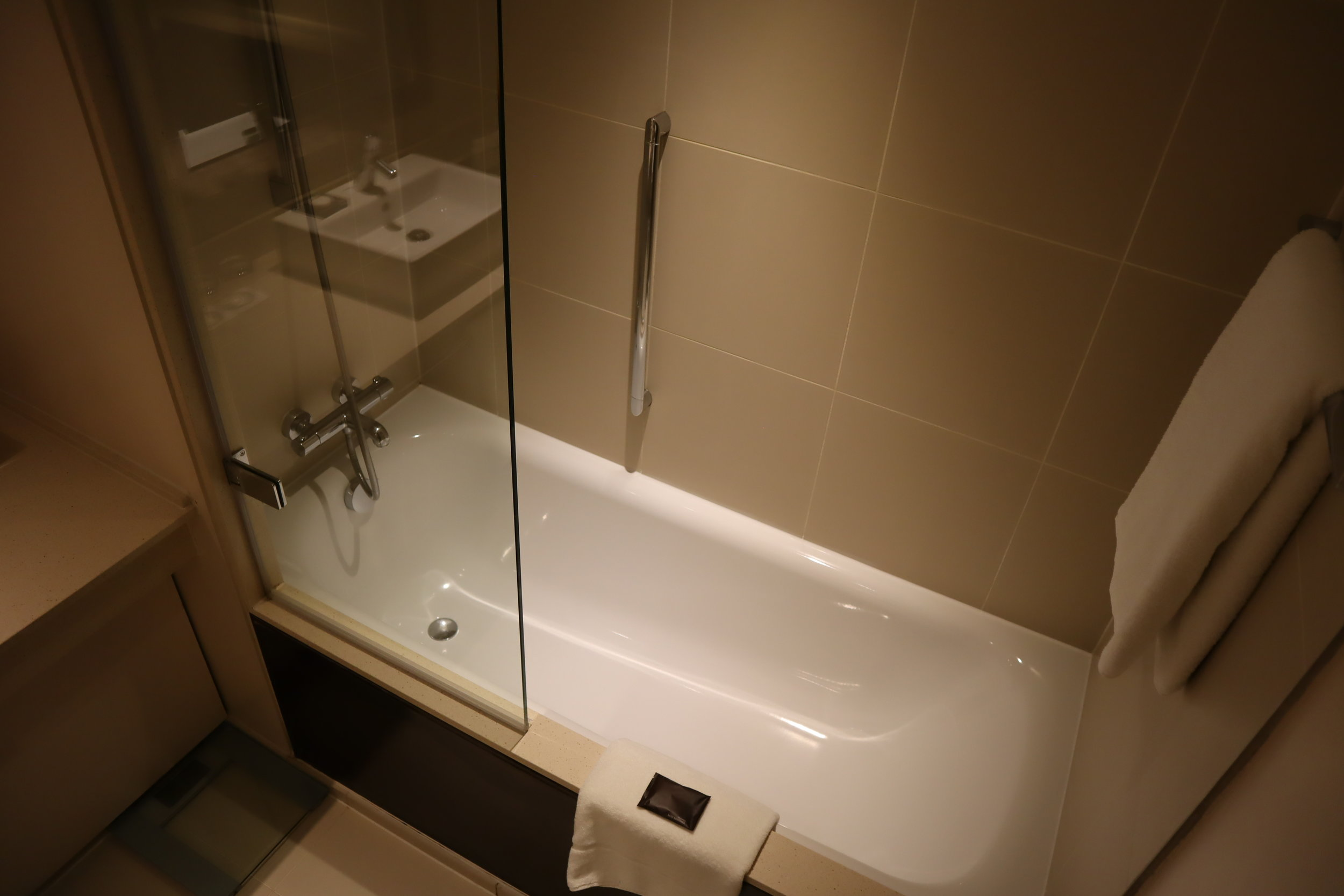St. Pancras Renaissance Hotel London – Shower and tub