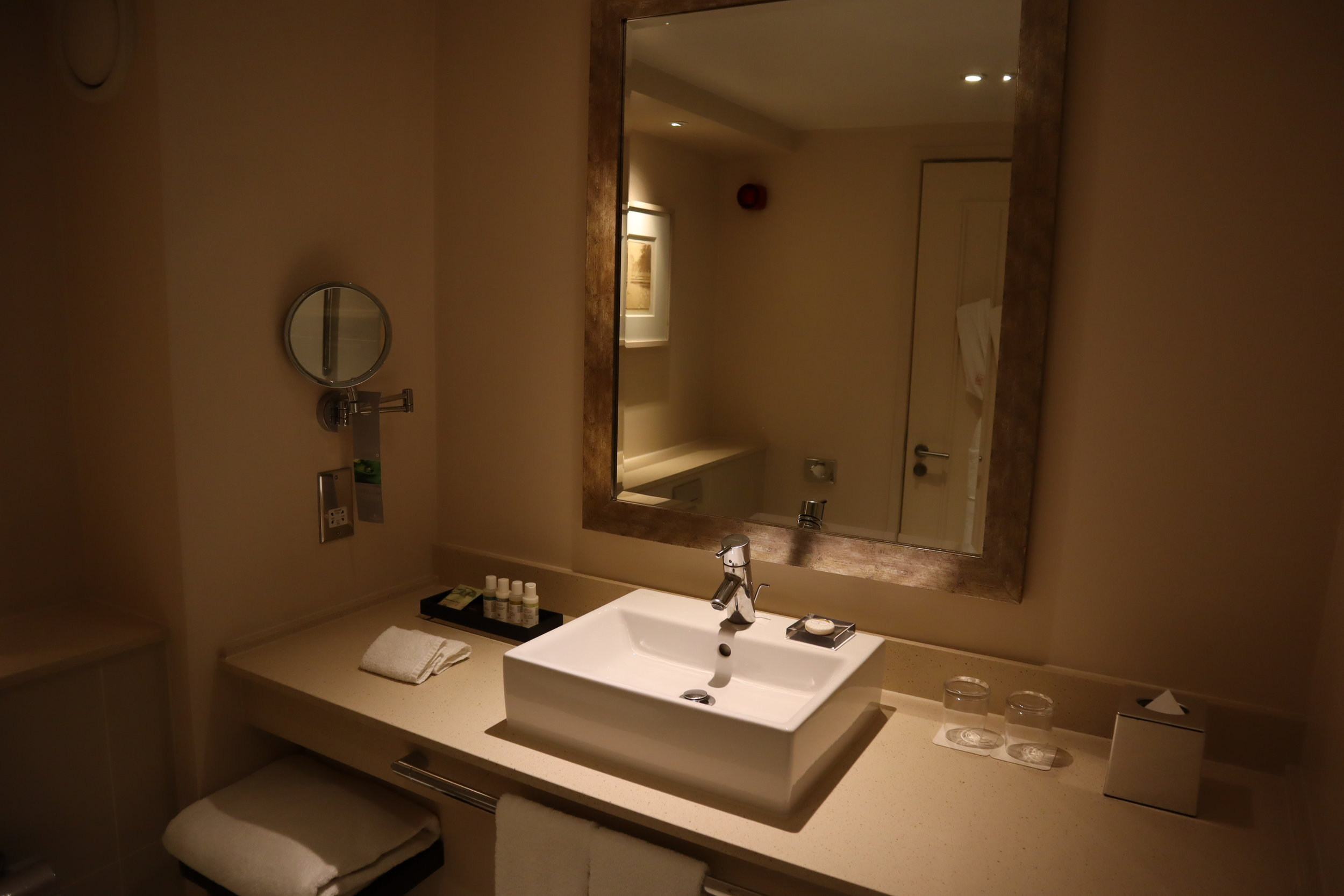 St. Pancras Renaissance Hotel London – Sink and mirror
