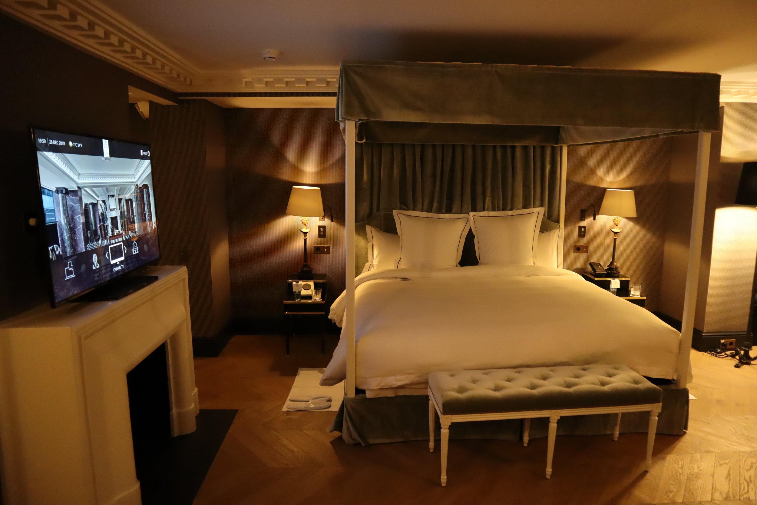 Hôtel de Berri Paris – Berri Suite king bed