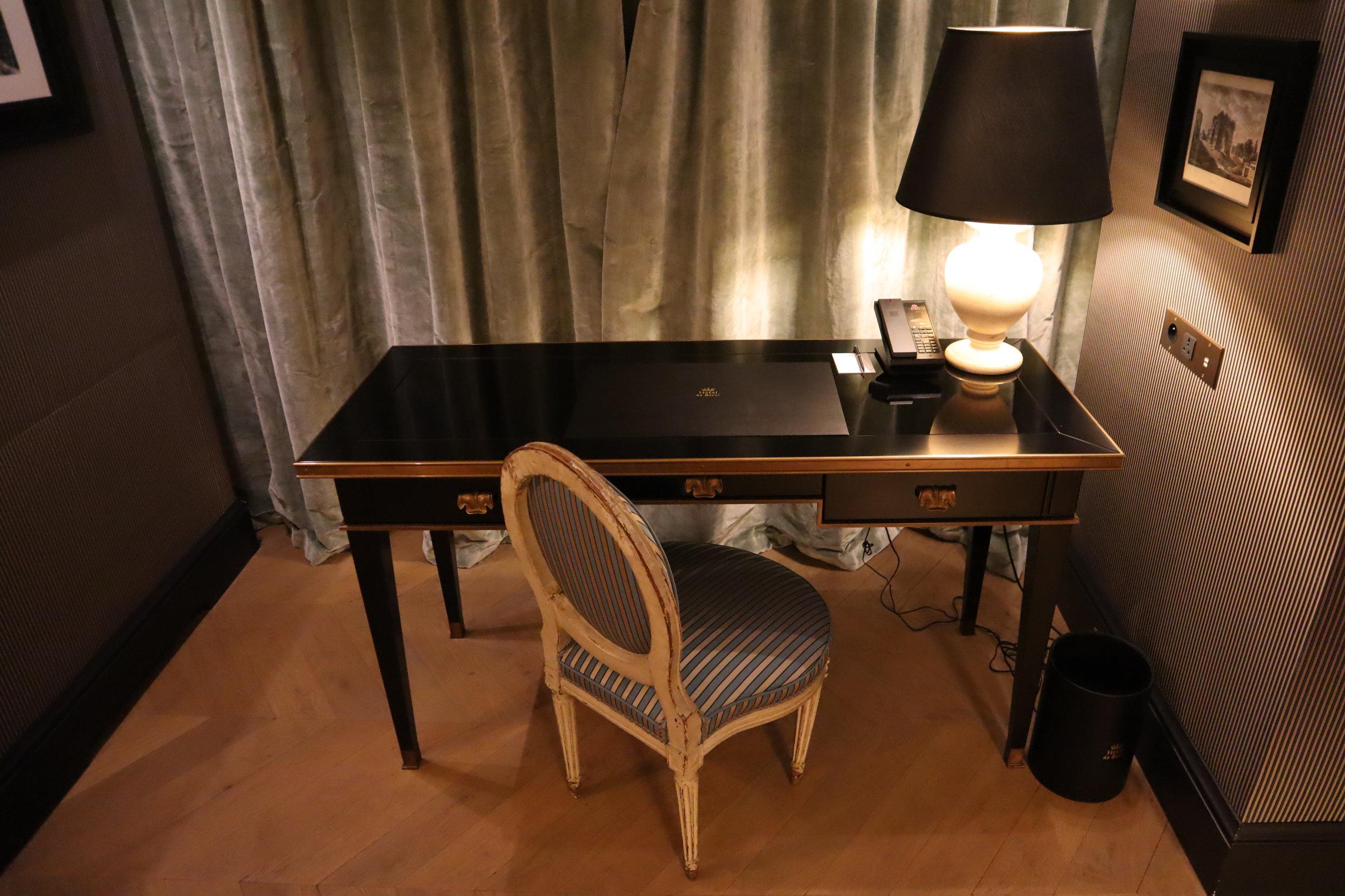 Hôtel de Berri Paris – Berri Suite desk