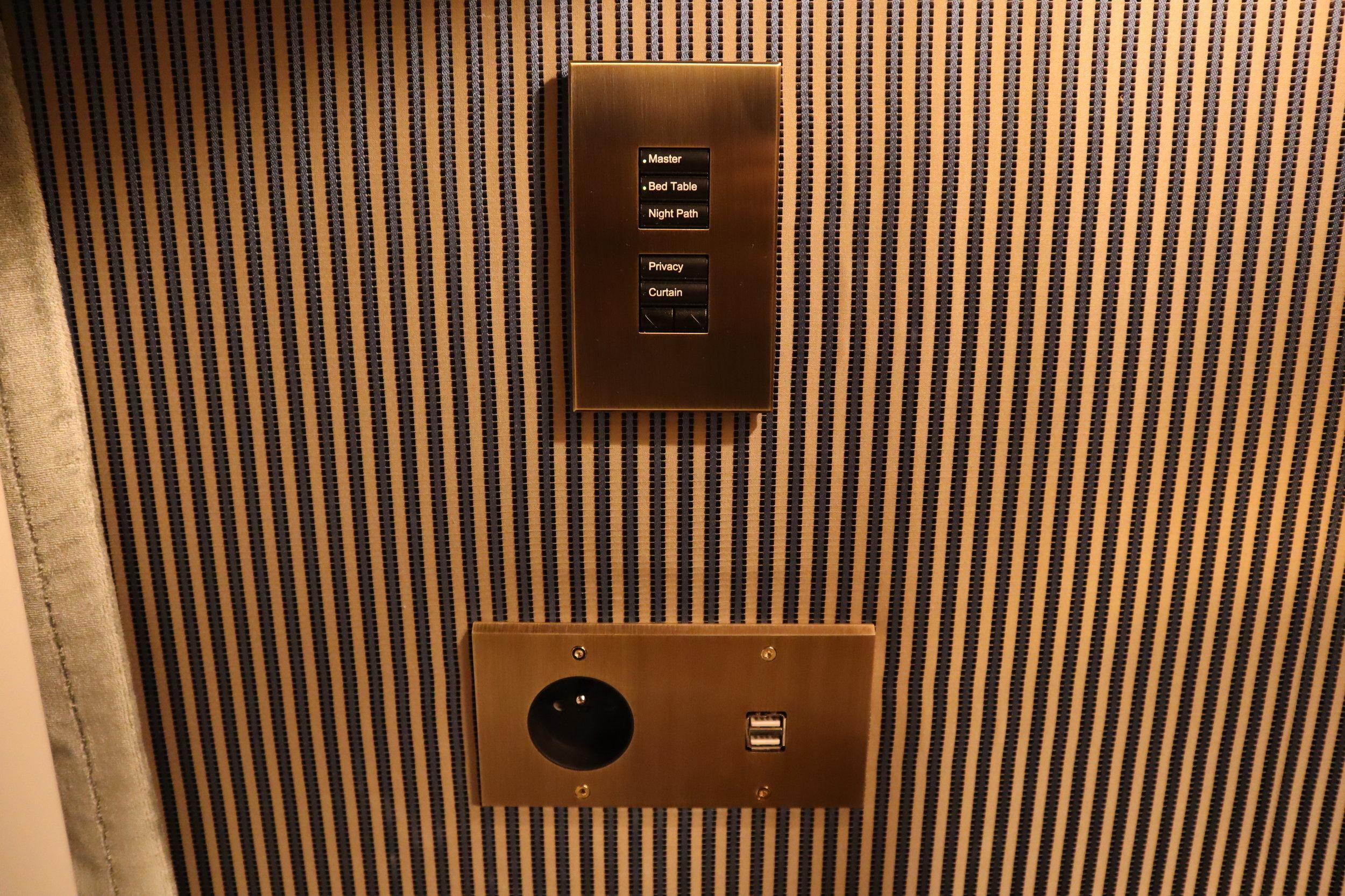 Hôtel de Berri Paris – Controls and charging ports