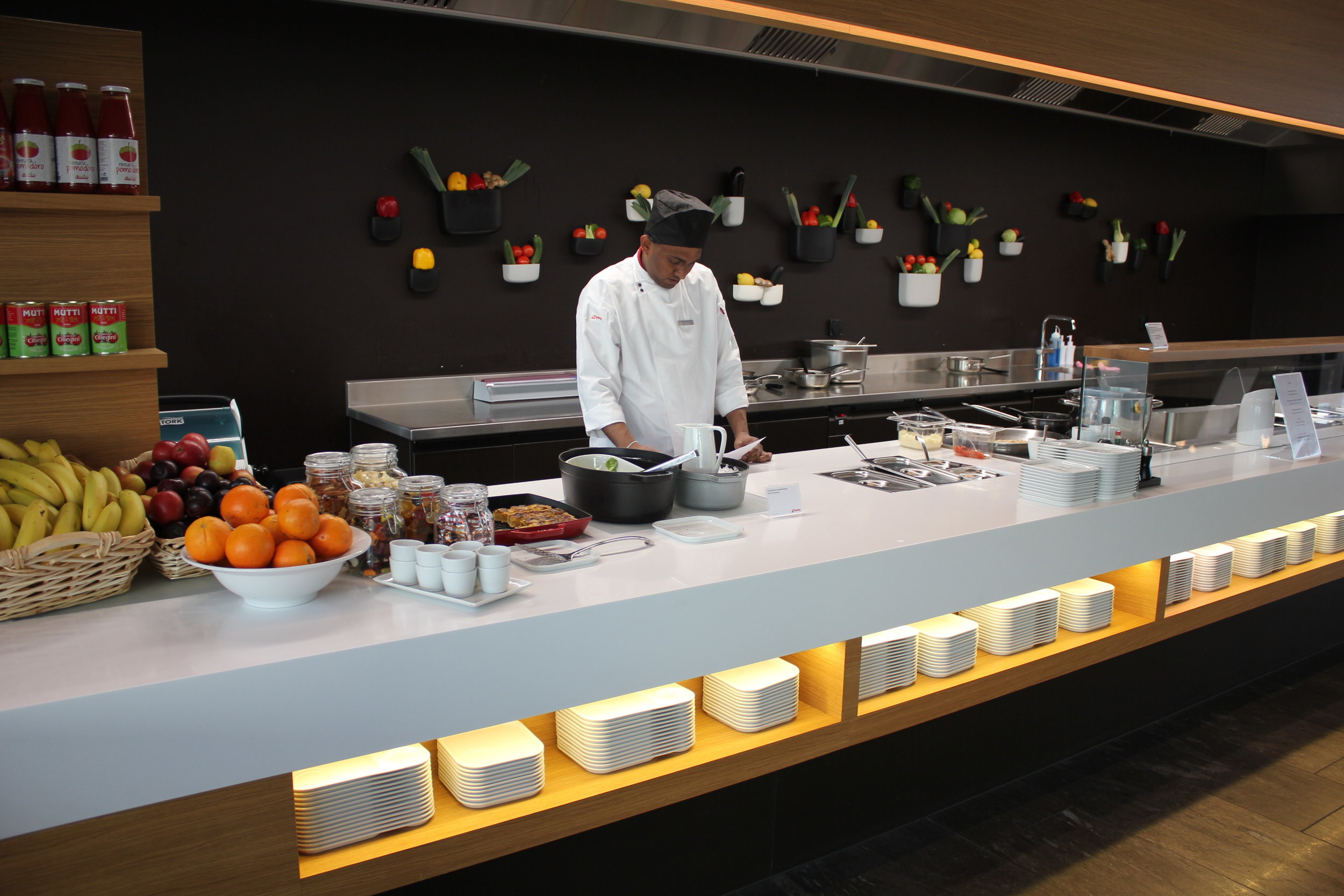 Live cooking station at the  Swiss Senator & Business Lounge Zurich