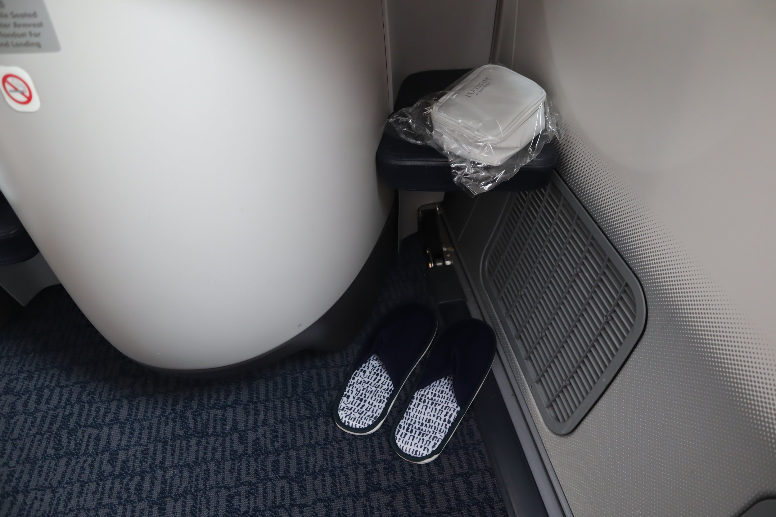 Air China business class – Footwell