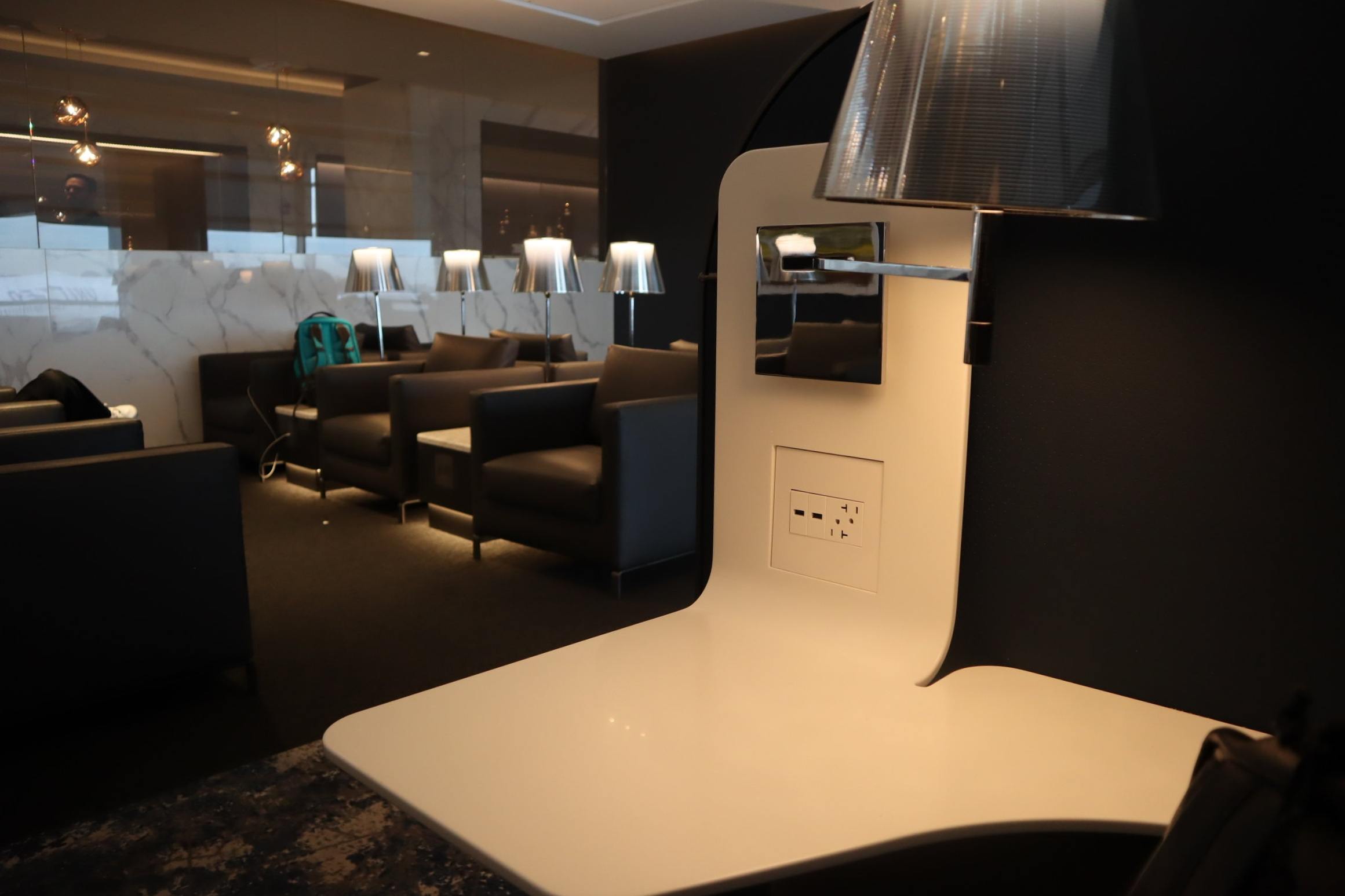 United Polaris Lounge Newark – Seating pod features