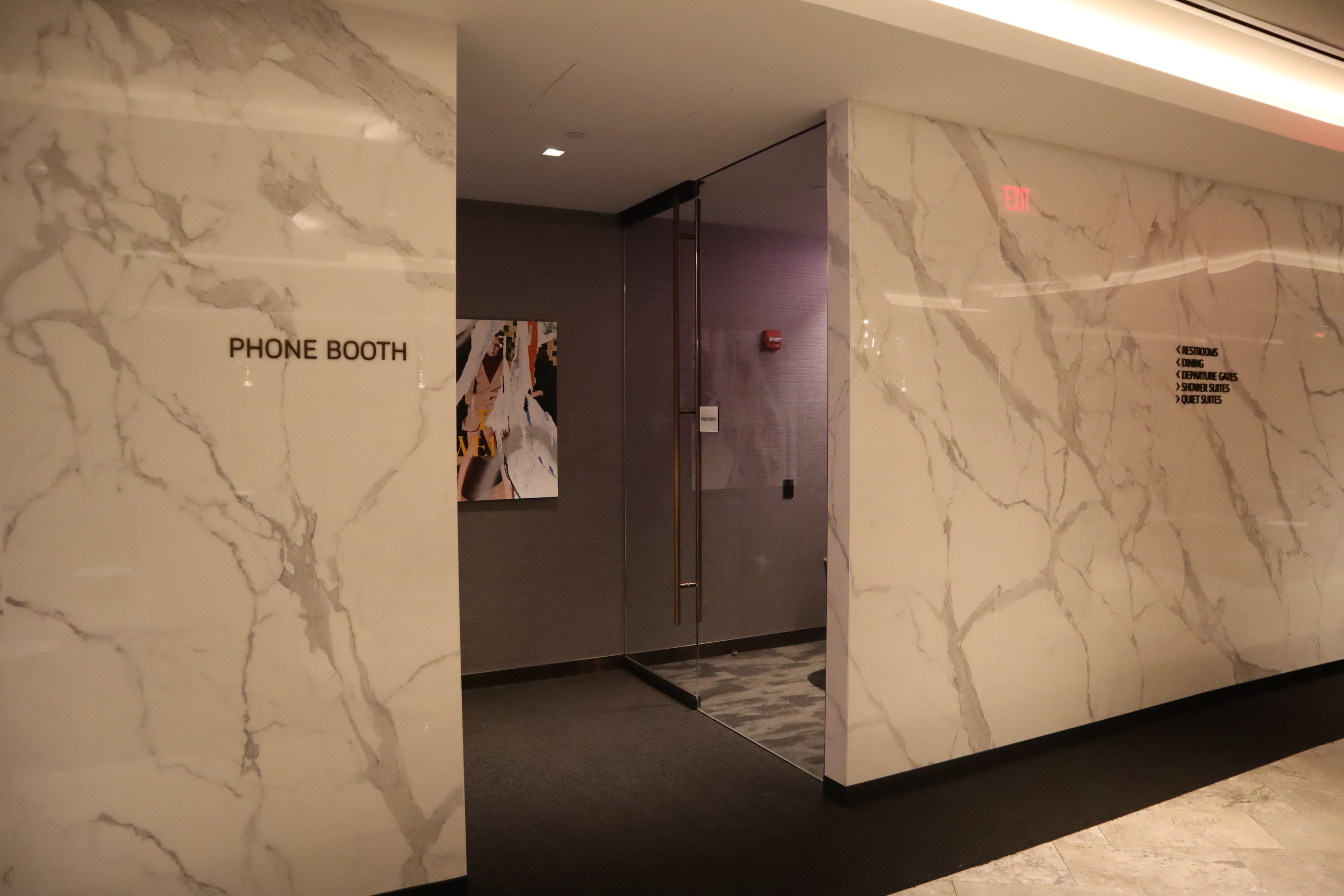 United Polaris Lounge Newark – Phone booths
