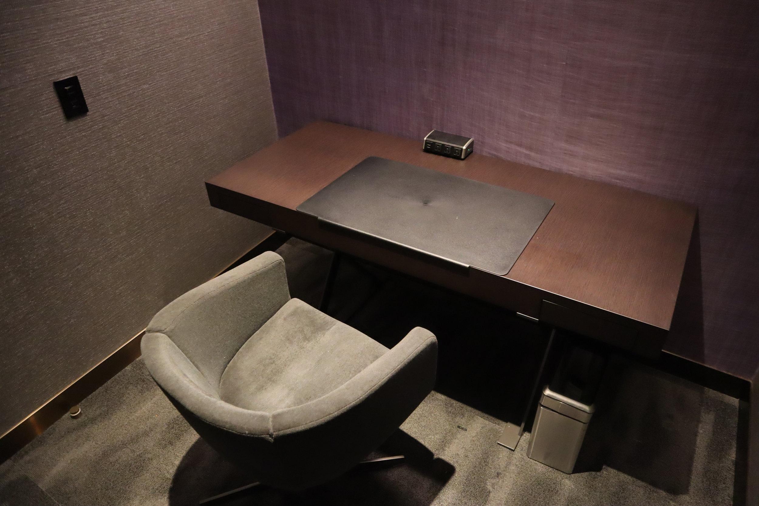 United Polaris Lounge Newark – Phone booth