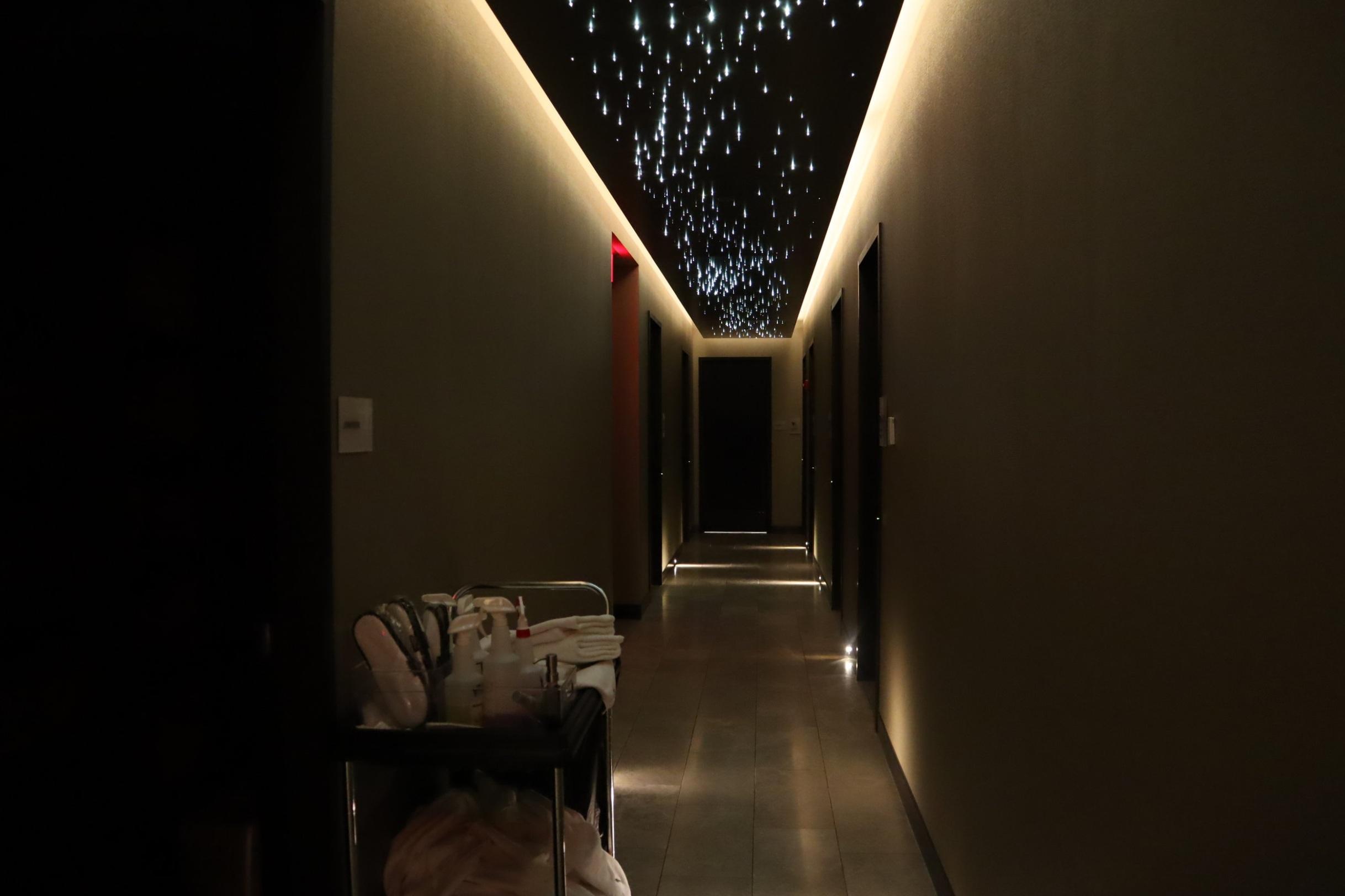 United Polaris Lounge Newark – Hallway to shower suites