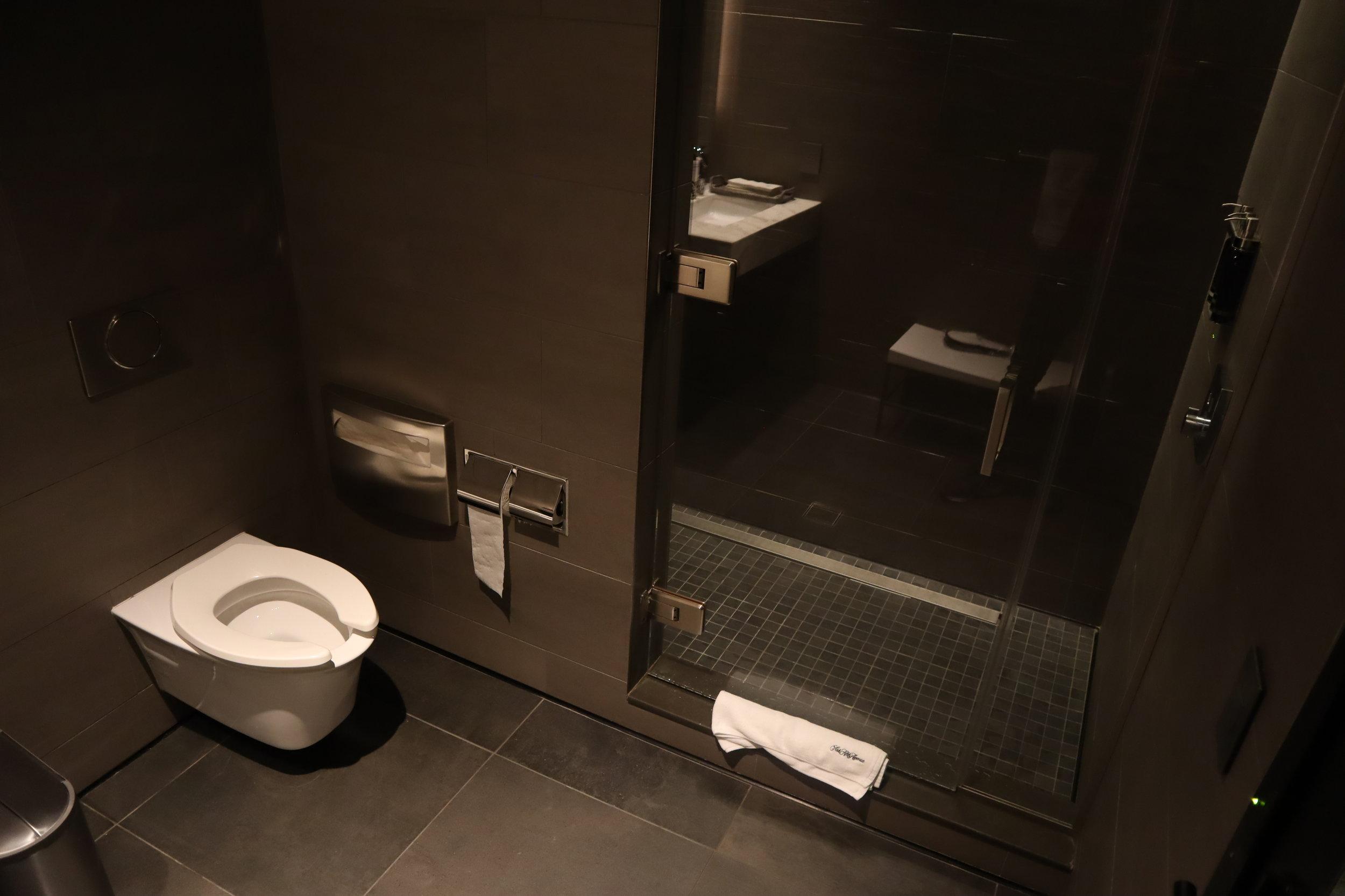 United Polaris Lounge Newark – Shower suite