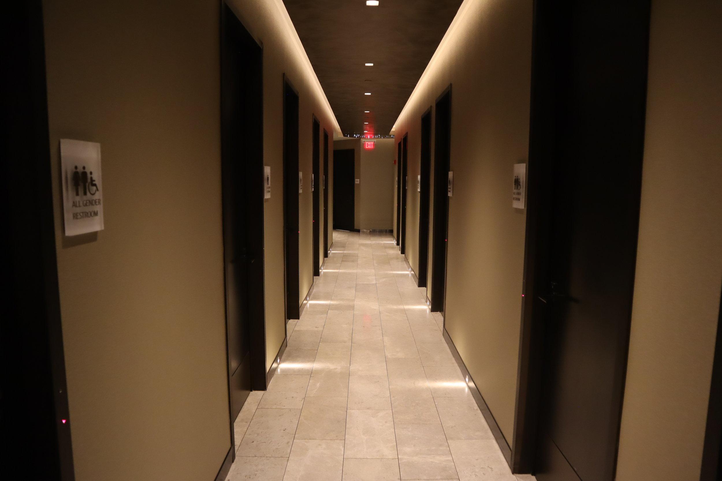 United Polaris Lounge Newark – Bathrooms