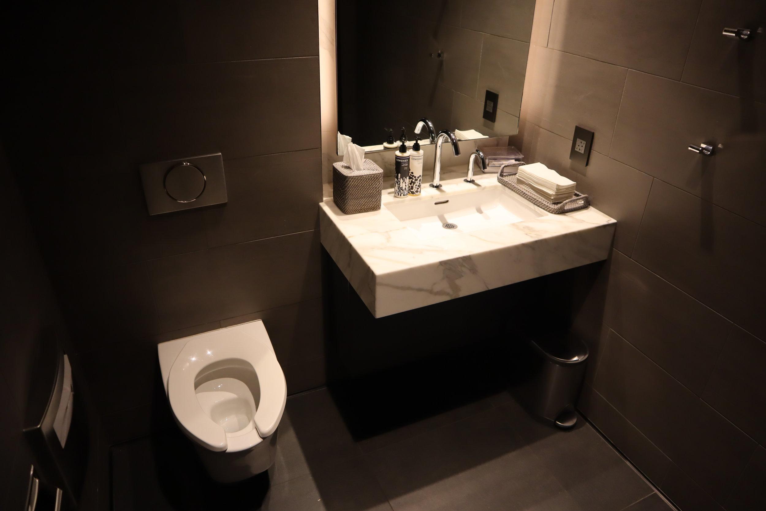 United Polaris Lounge Newark – Bathroom