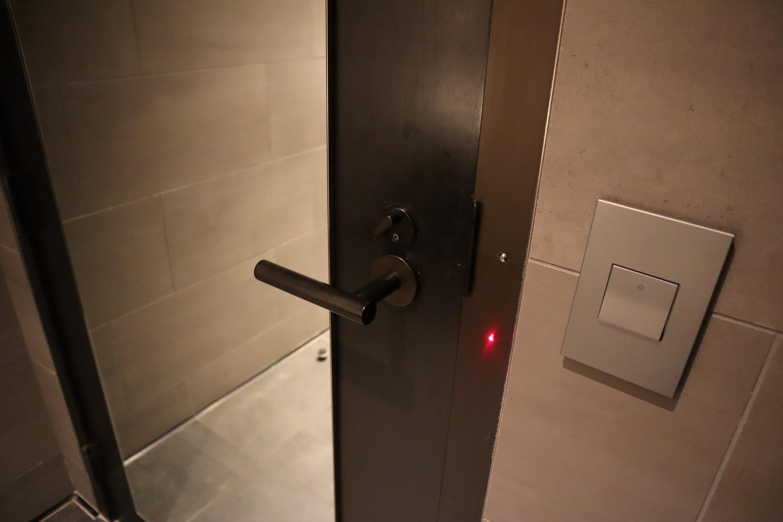 United Polaris Lounge Newark – Bathroom door light
