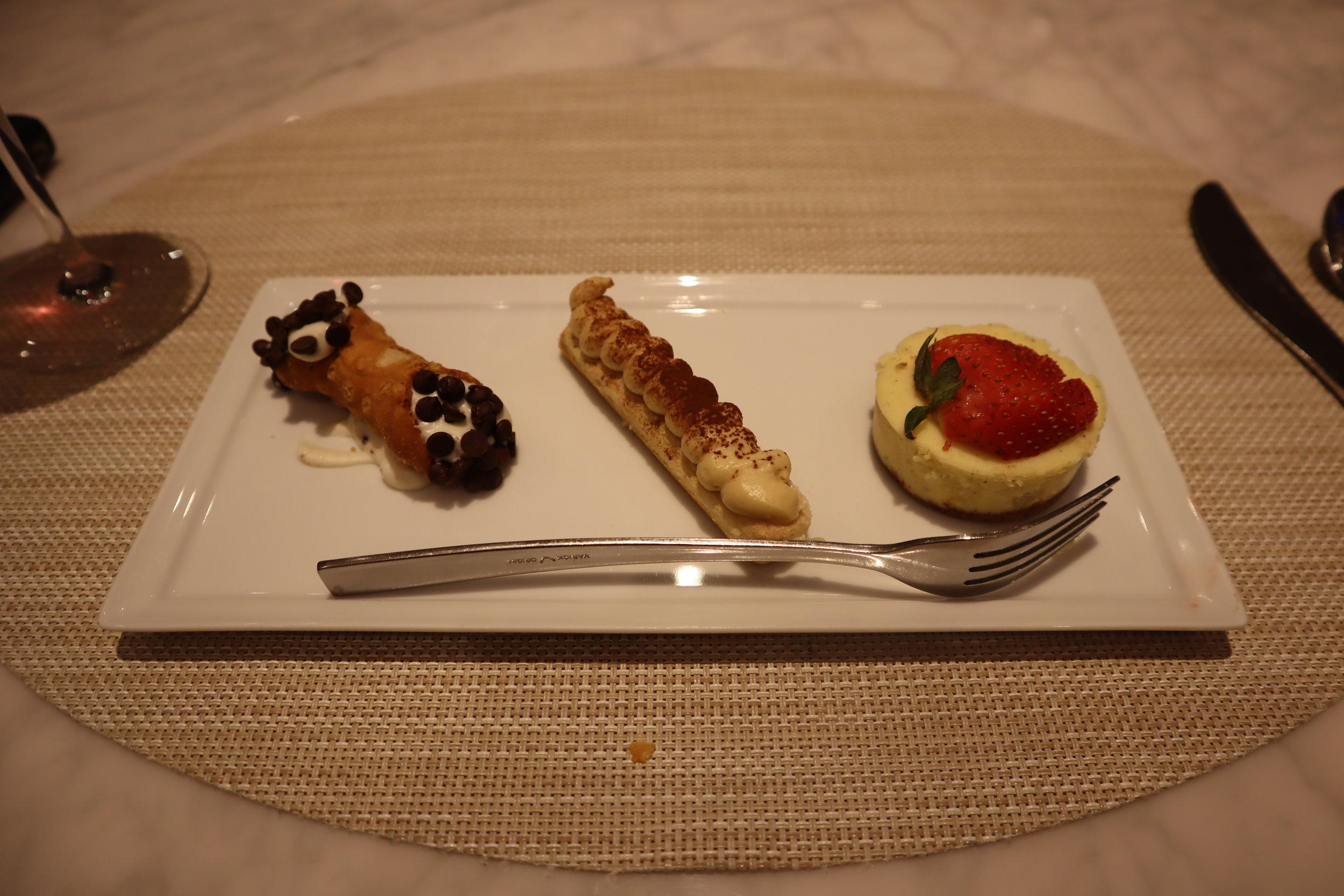 United Polaris Lounge Newark – New Yorker dessert trio