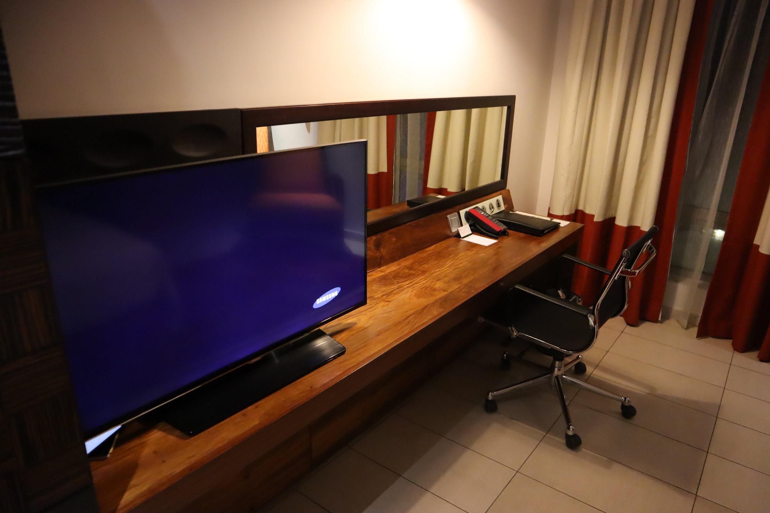 Marriott Accra – TV and desk
